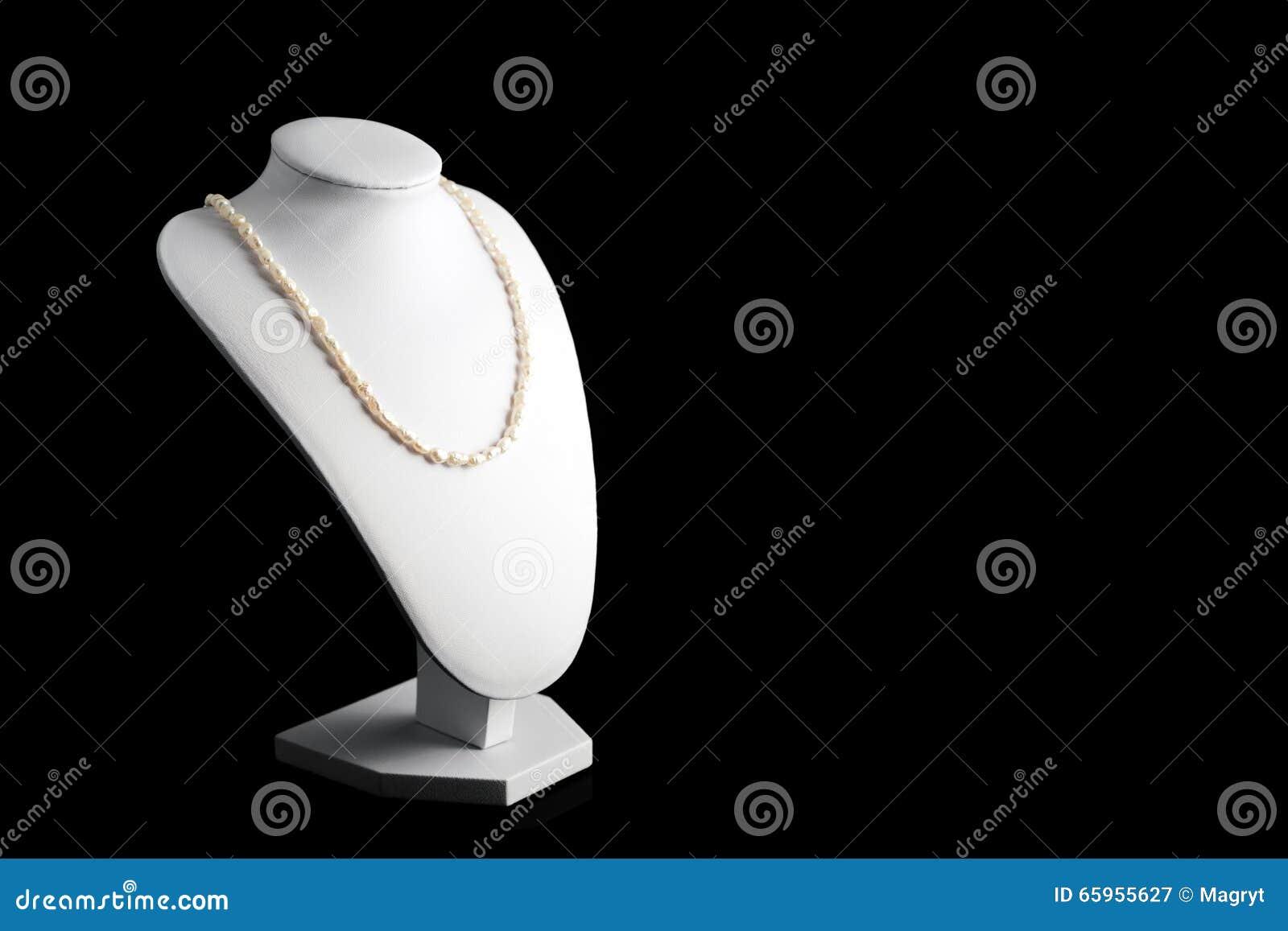 Colar feita de pérolas naturais em um suporte Acessórios das mulheres