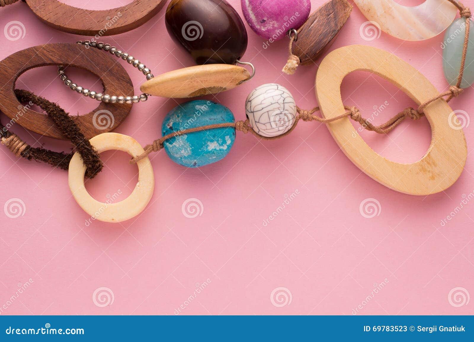 Colar feito a mão com grânulos e as pedras de madeira