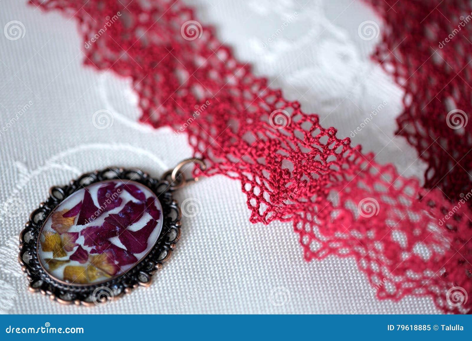 Colar feito a mão do colar preso à garganta do laço e pendente com flores naturais