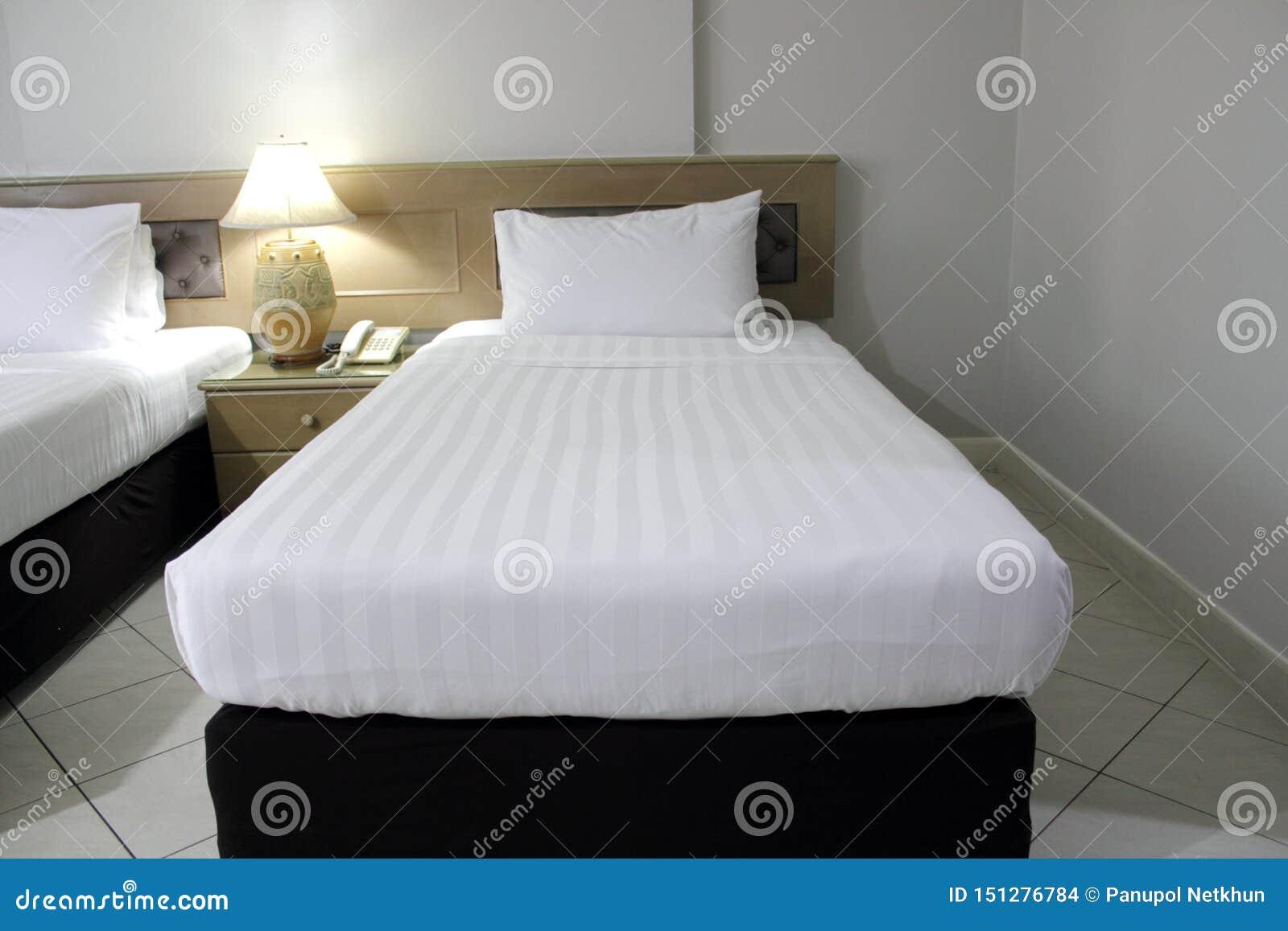 Colchão branco e cama preta