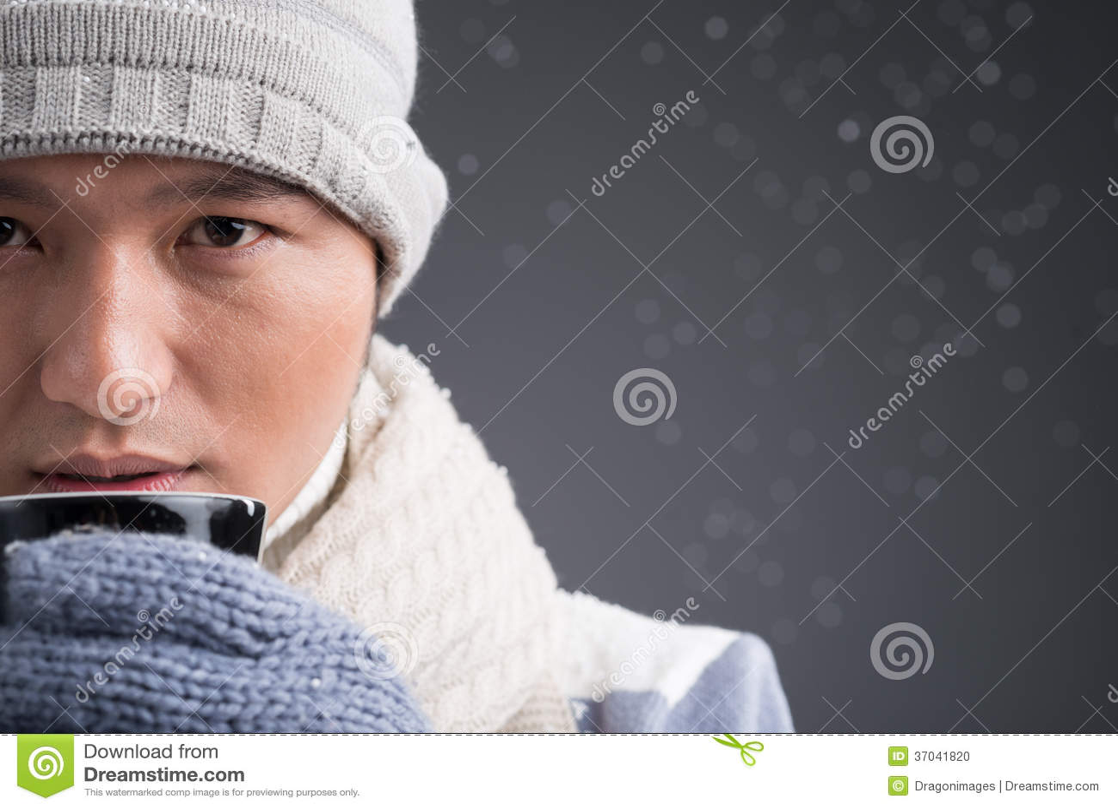 cold-weather-close-up-man-warm-hat-drinking-hot-beverage-37041820.jpg