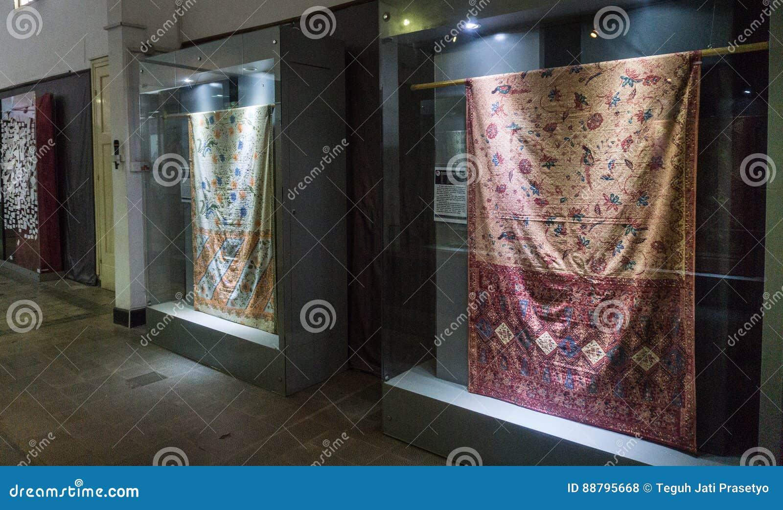 Coleção da tela do Batik indicada no armário de vidro com o museu recolhido foto Pekalongan Indonésia do Batik da iluminação