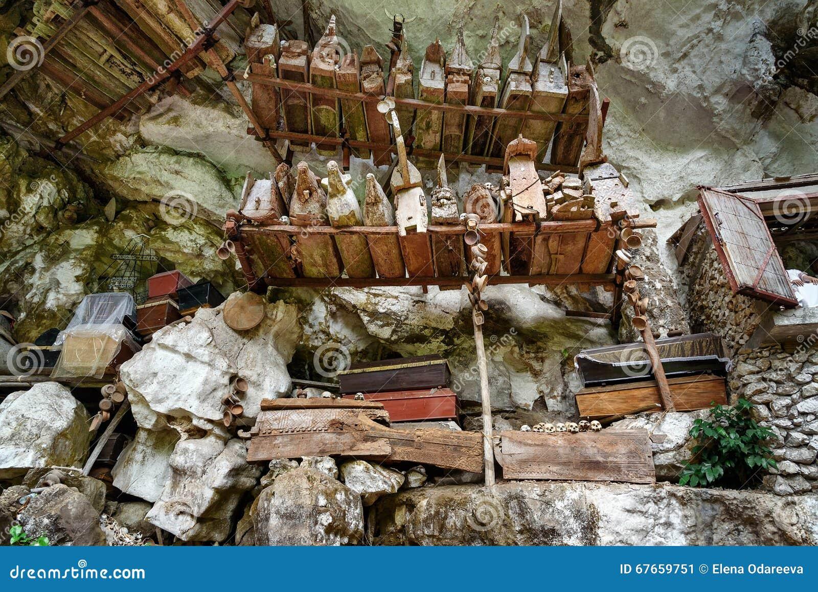 Coleção de caixões muito velhos em Londa Tana Toraja, Sulawesi sul, Indonésia