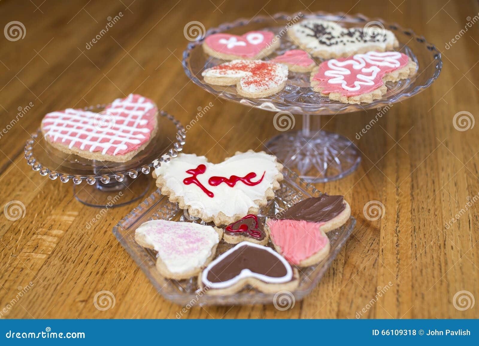 Coleção de cookies decorativas do coração do dia de Valentim no rosa,