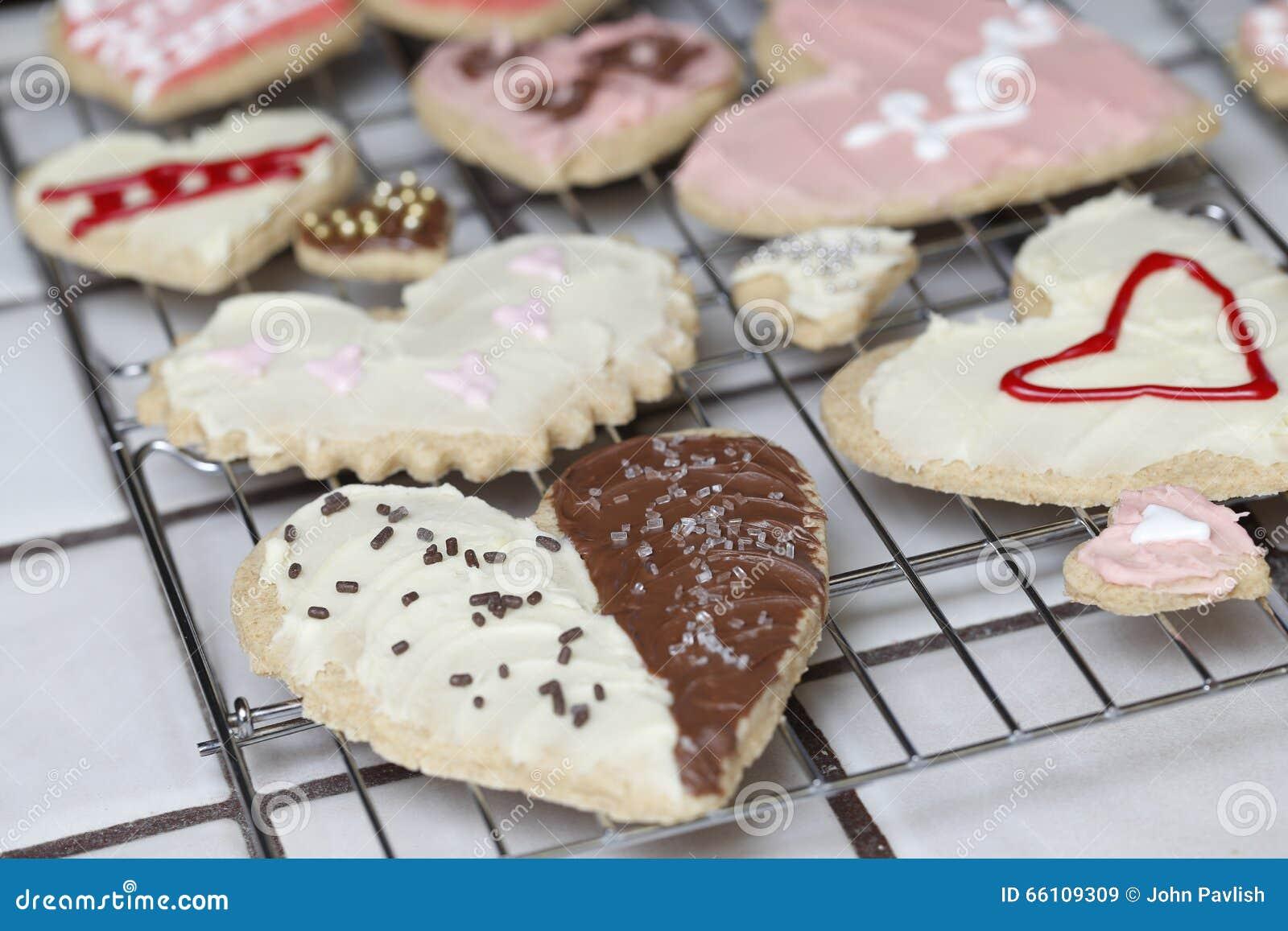 A coleção de cookies do Valentim no coração dá forma em um rac refrigerando