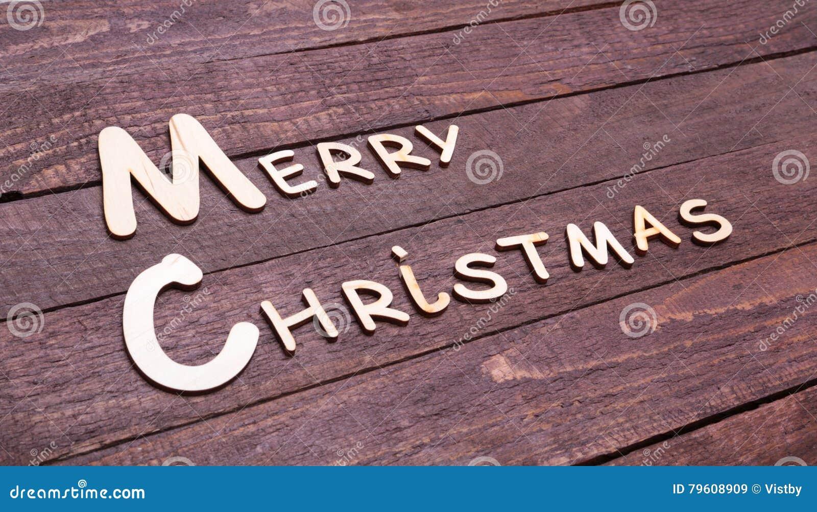 Coleção do Natal, caixa de presentes, árvore e bola decorativa, no fundo de madeira
