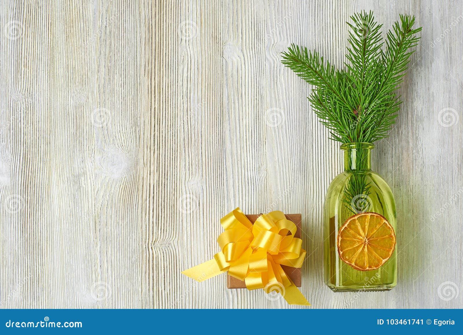 Coleção do Natal de ramos de árvore, cones, garrafas verdes, ora