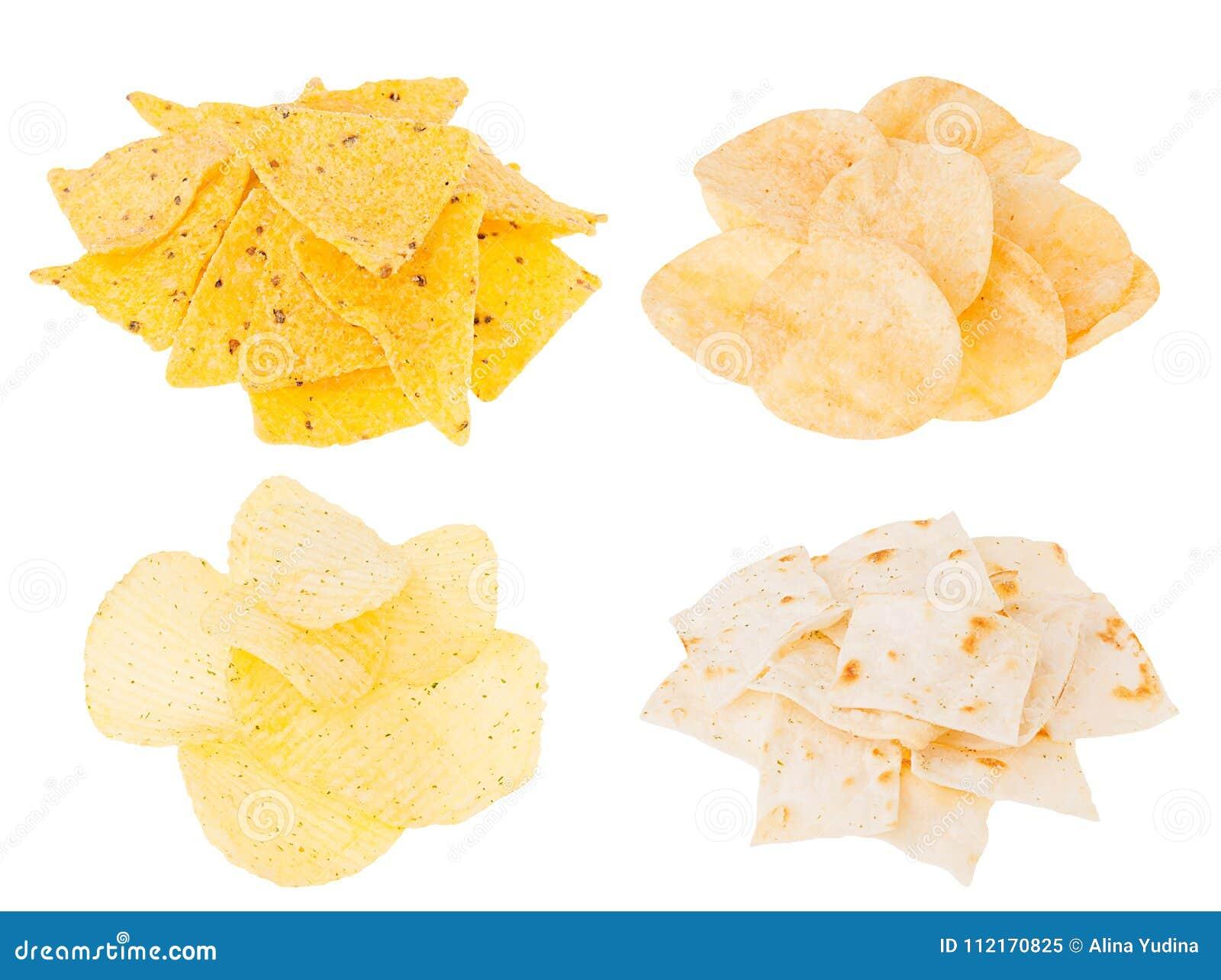 Coleção dos petiscos da cerveja - microplaquetas de batata crocantes, nachos, tortilha nos montões isolados no fundo branco