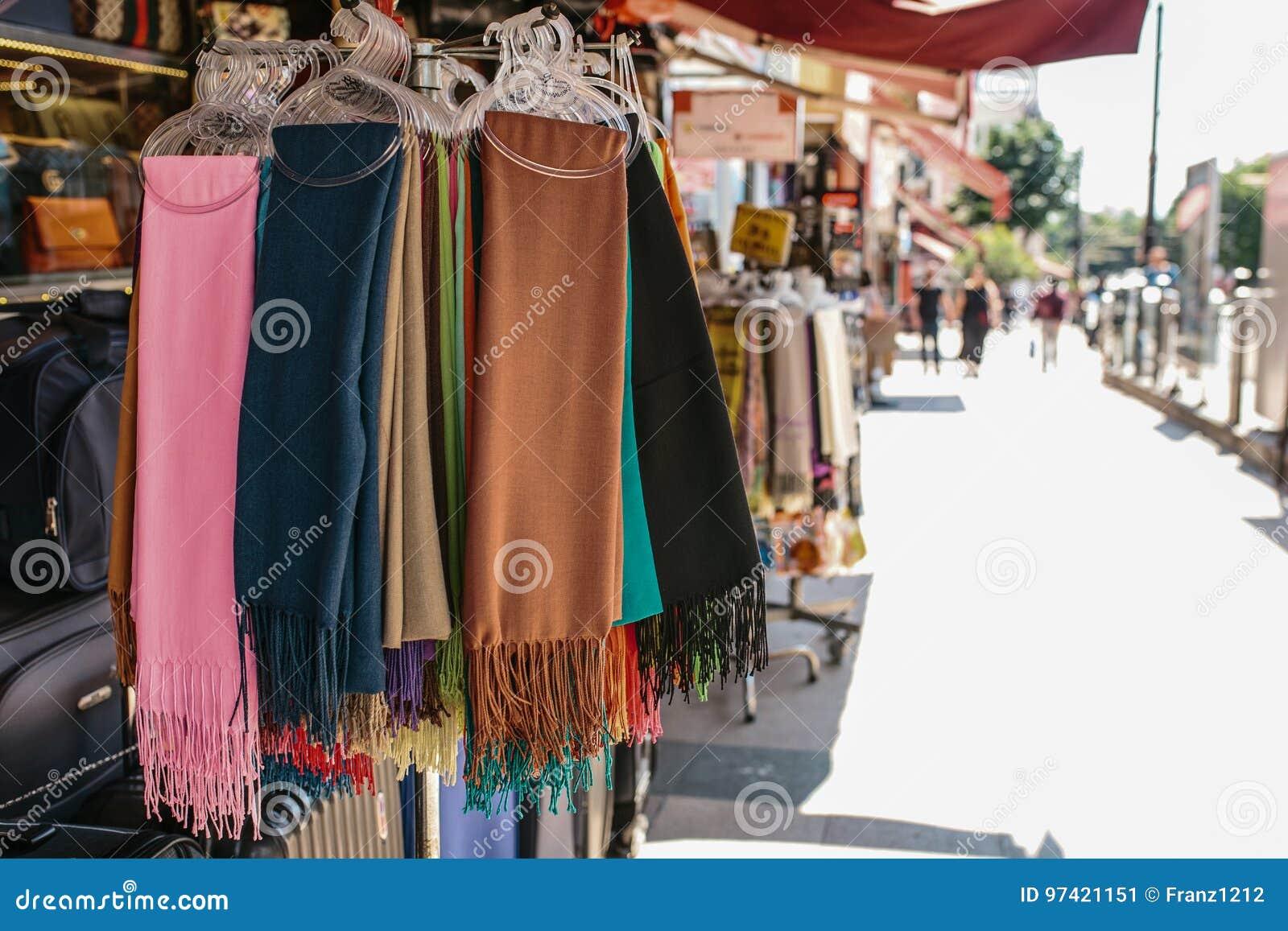 Colección de bufandas coloridas de la materia textil en la suspensión al aire libre en la exhibición en la cabina del ` s del ven