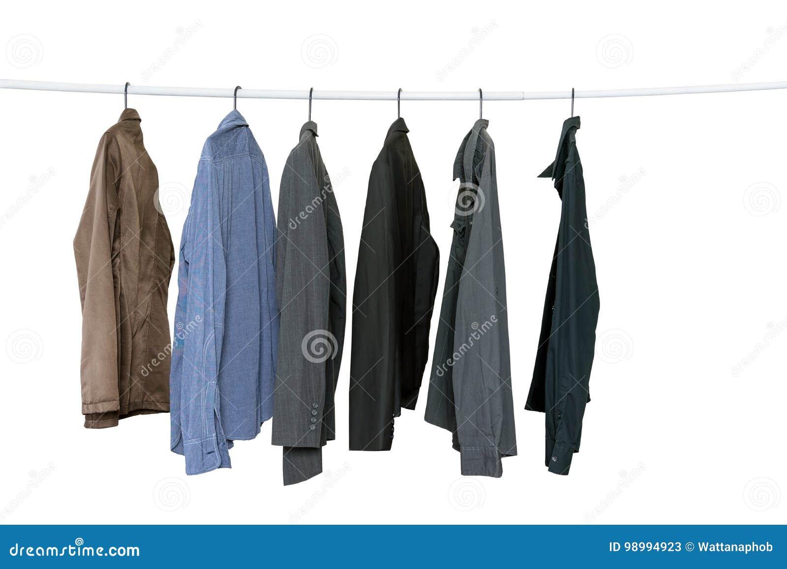 e40a9824ce Colección de camisas de manga larga del ` s de los hombres que cuelgan en  la línea de ropa aislada en el fondo blanco con la trayectoria de recortes