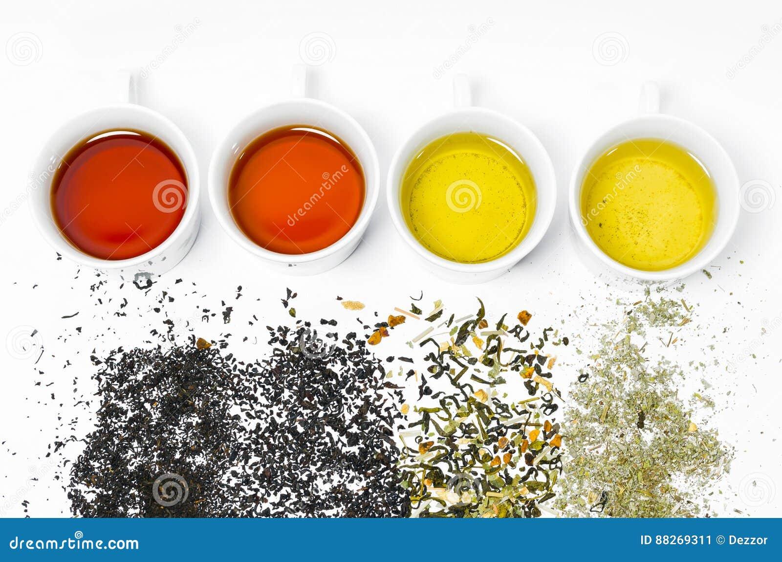 Colección de diversos tés en tazas con las hojas de té en un fondo blanco