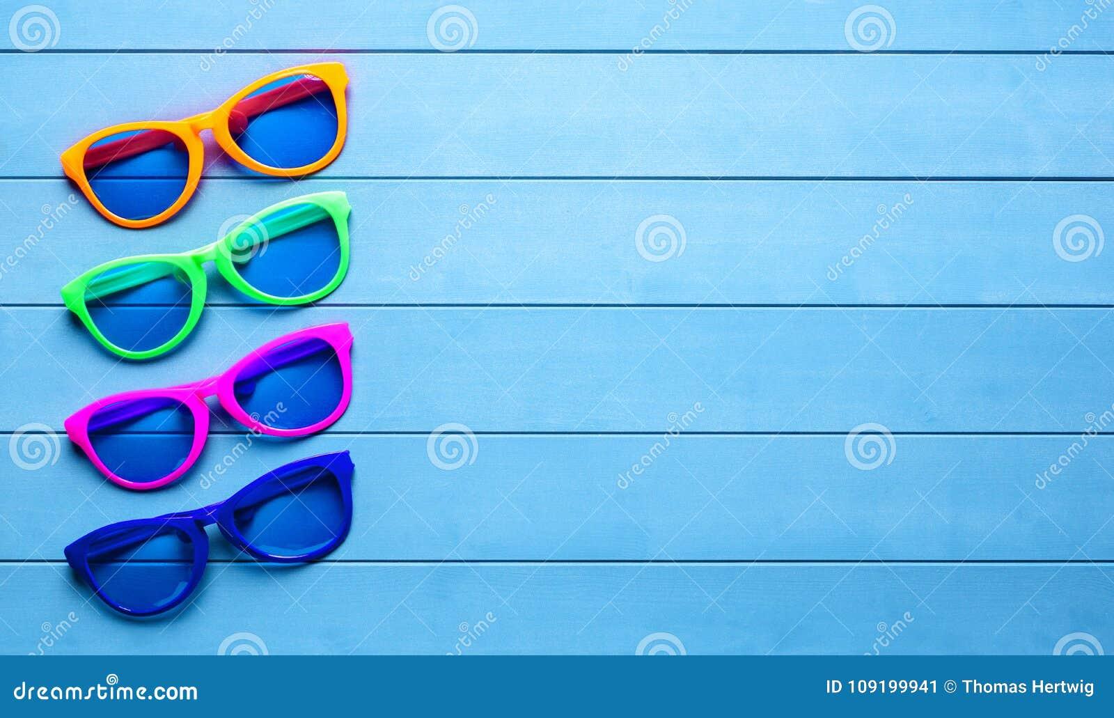 d65e57e702 Fondo Madera Azul Colección Gafas Sol Imagen De En Coloridas dCWxBreo