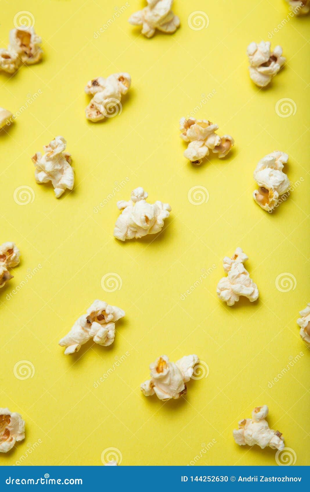 Colección de las palomitas aislada en fondo amarillo