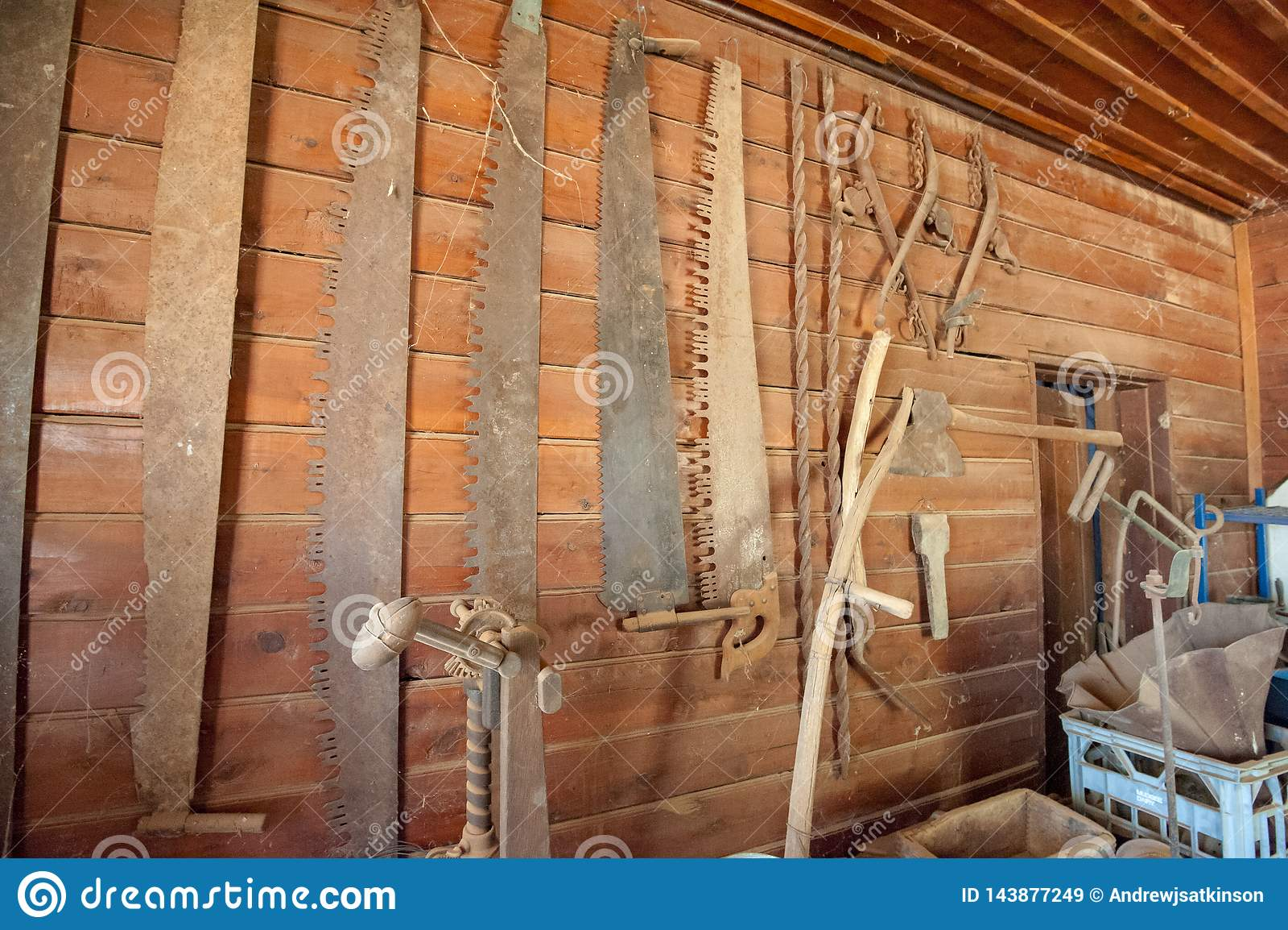 Colección de sierras viejas colgadas en una pared