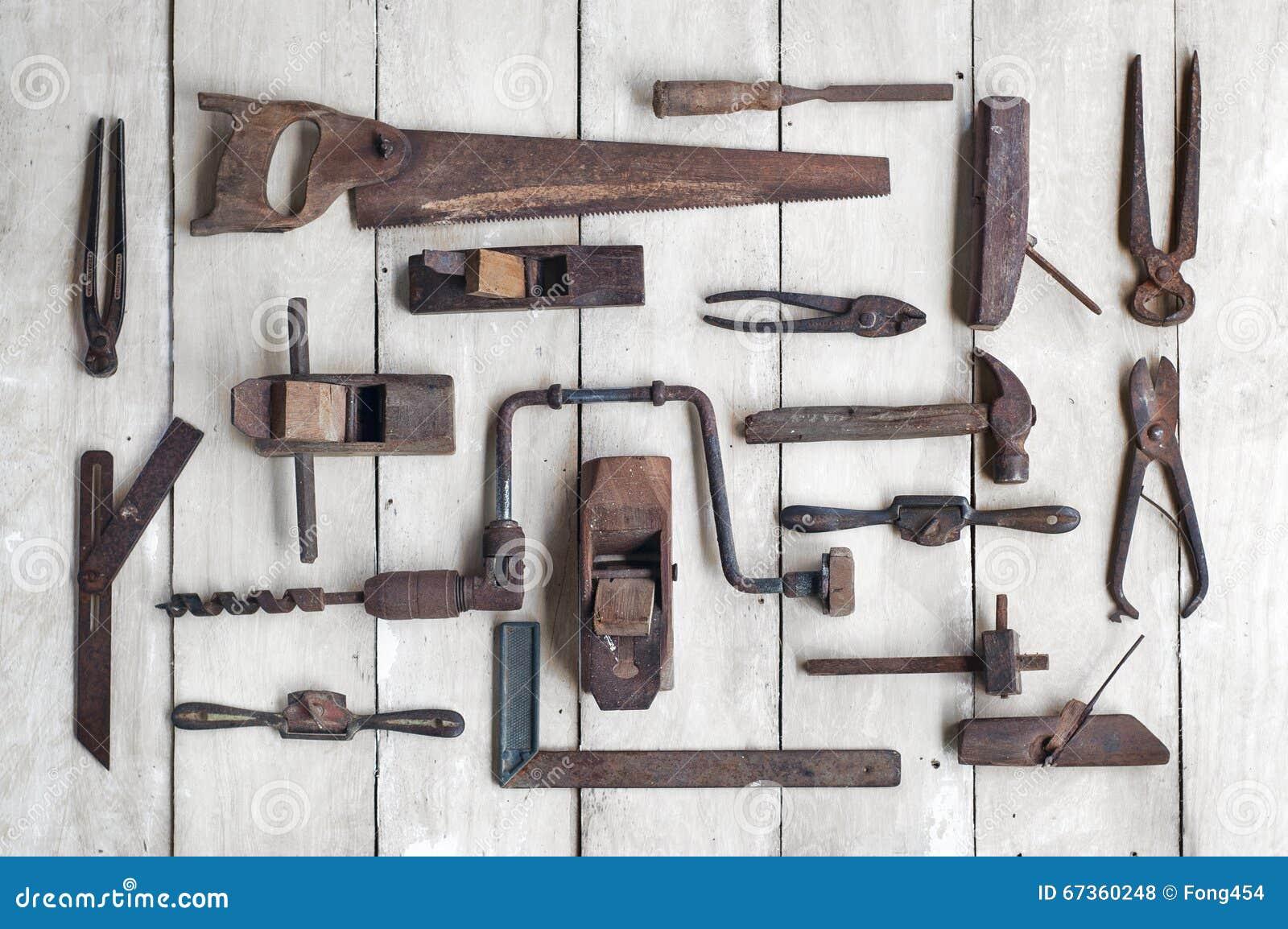 Colecci n de herramientas antiguas de la carpinter a en la - Herramientas de campo antiguas ...