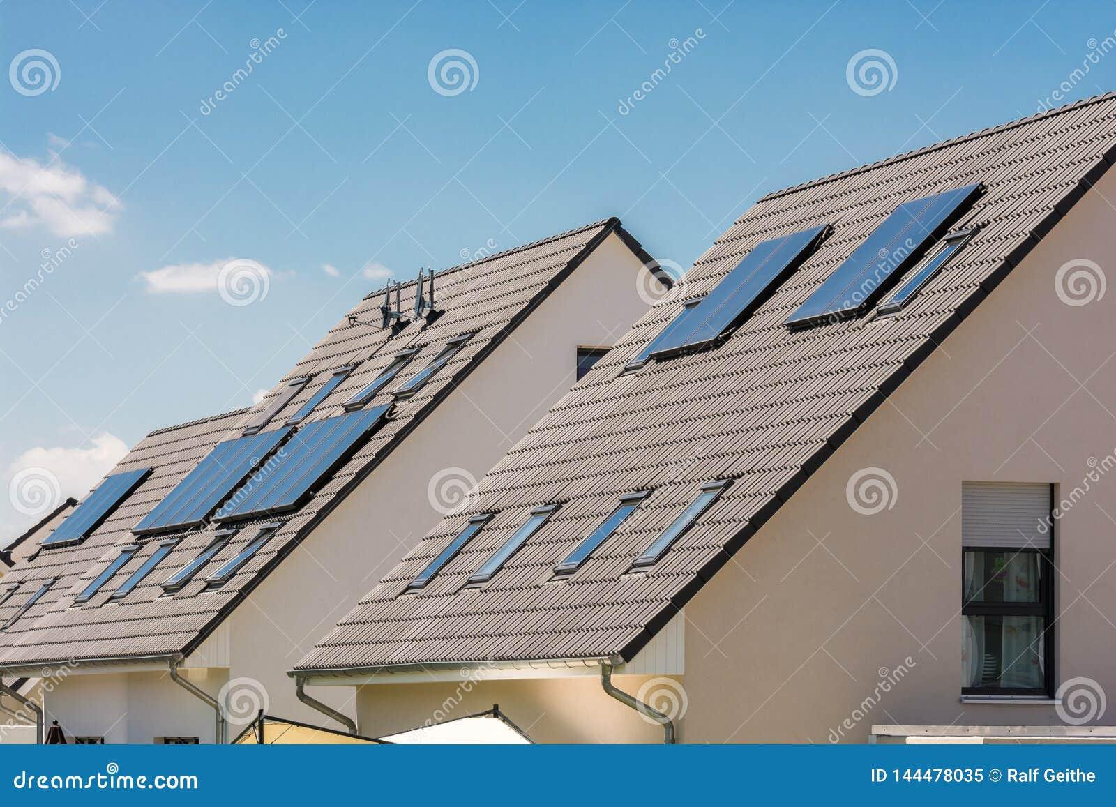 Colectores solares en el tejado para reducir costes energéticos