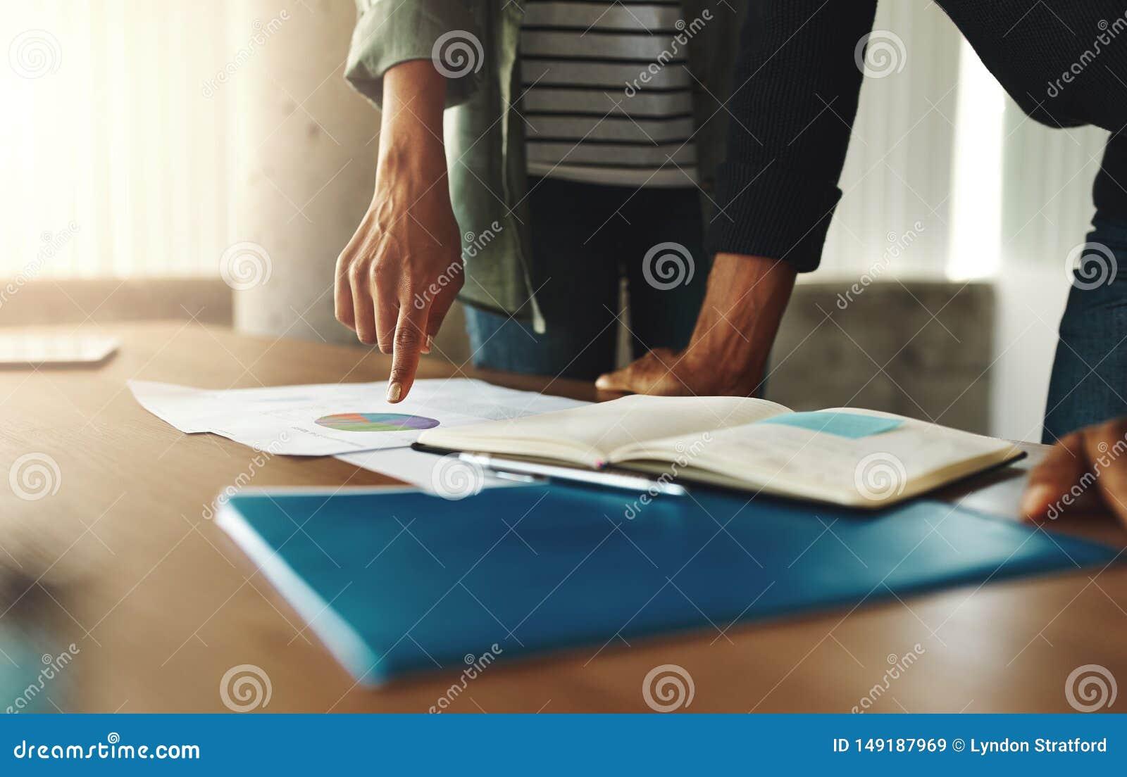 Colega de dos negocios que discute el diagrama financiero