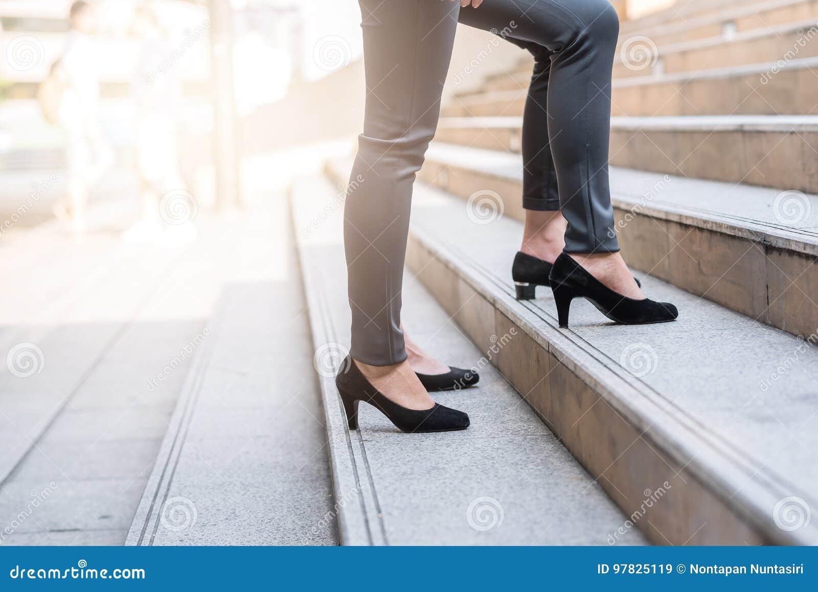 Colega de las empresarias que camina hacia arriba en la escalera
