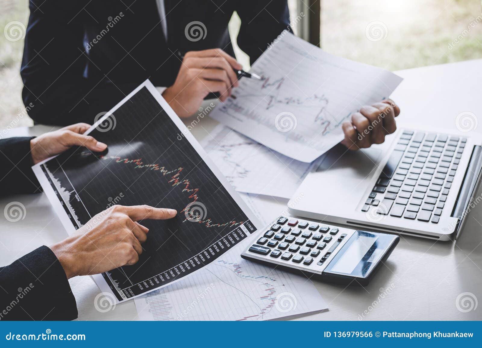 Colegas da equipe do negócio que trabalham com computador, portátil, discussão e troca do mercado de valores de ação do gráfico d