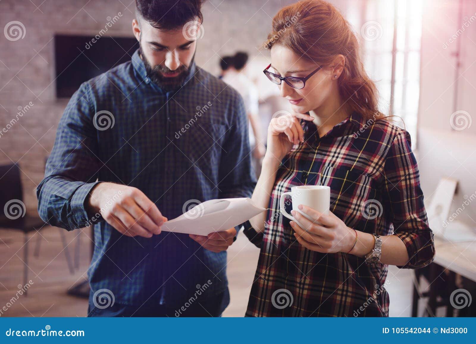 Colegas de Coworking que tienen conversación en el lugar de trabajo