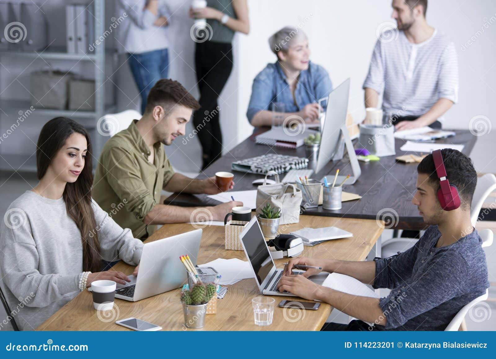 Colegas de trabalho no escritório moderno