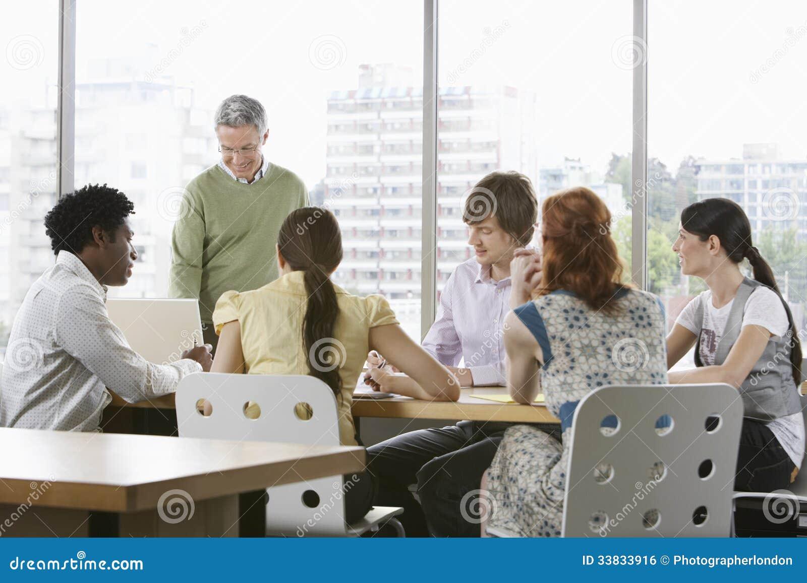 Colegas del negocio en la reunión