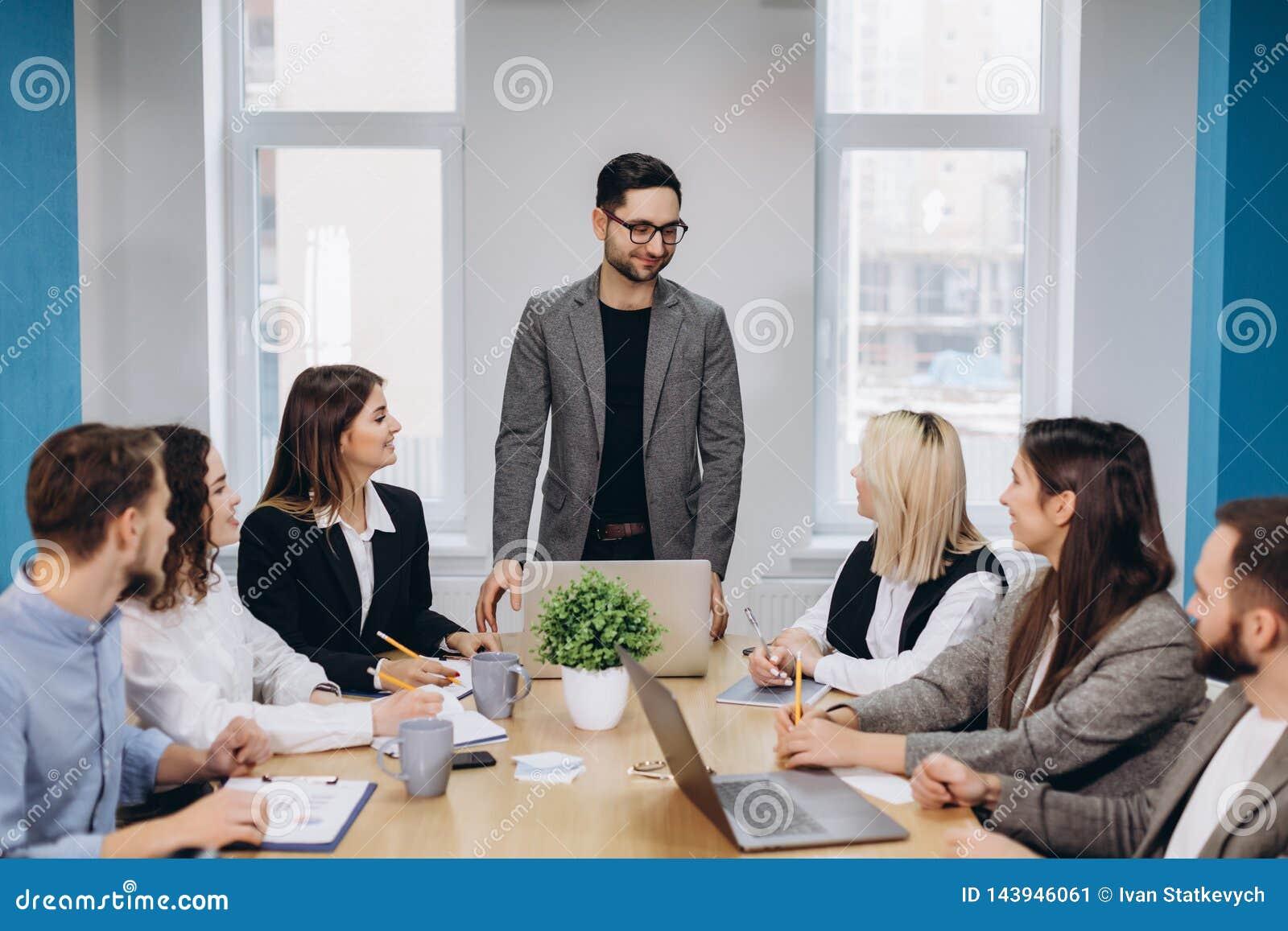 Colegas del negocio en sala de reuni?n de la conferencia durante la presentaci?n
