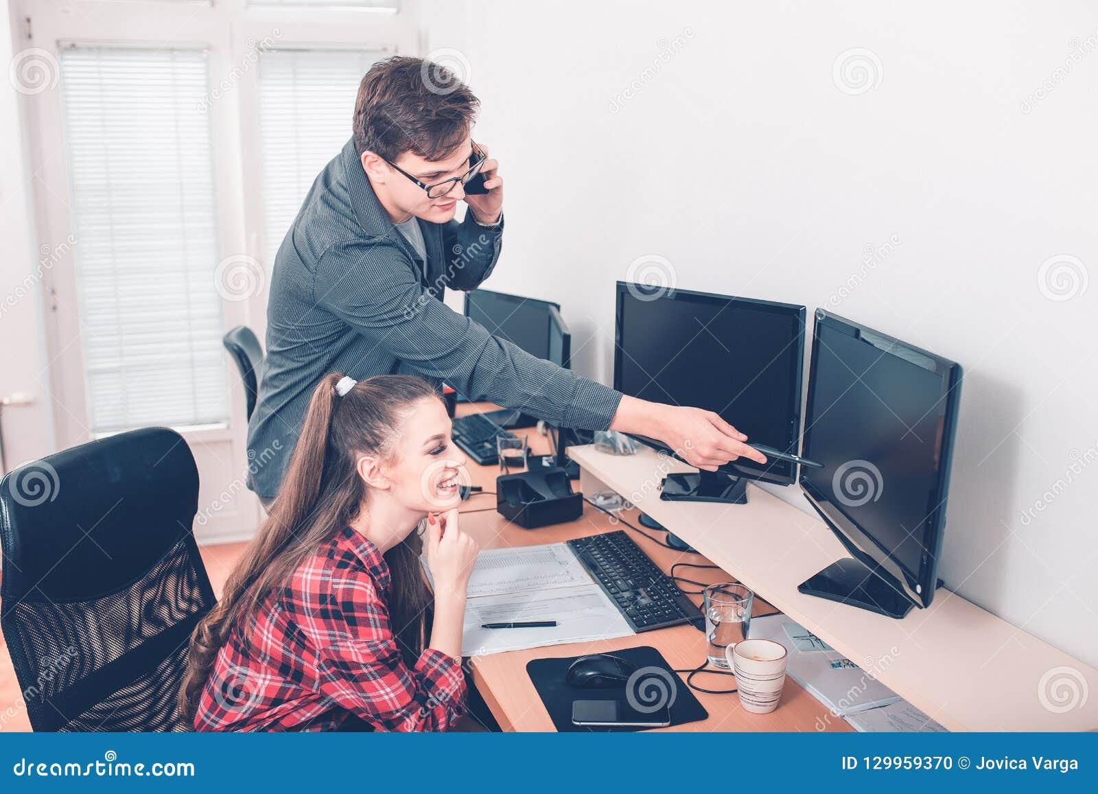 Colegas en la oficina que trabaja en el equipo de escritorio