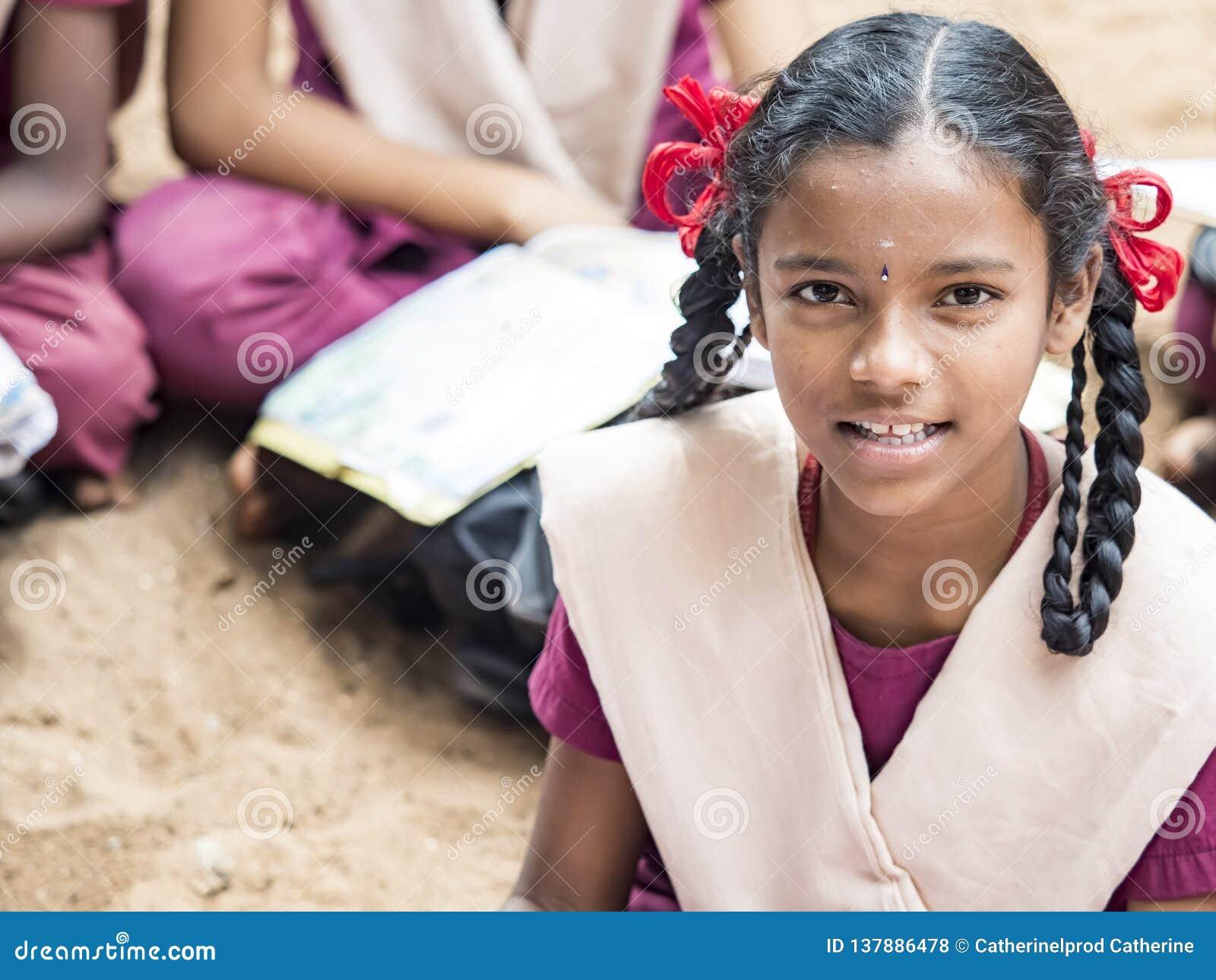 Colegas engraçados felizes das meninas dos amigos das crianças que sorriem rindo da escola