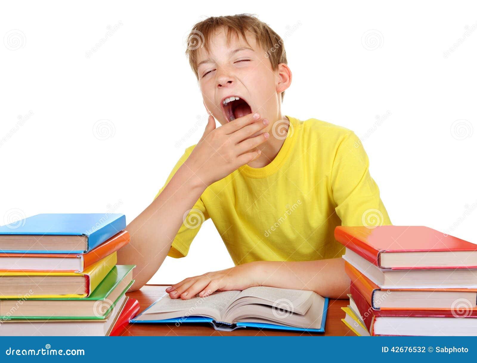 Colegial cansado que bosteza