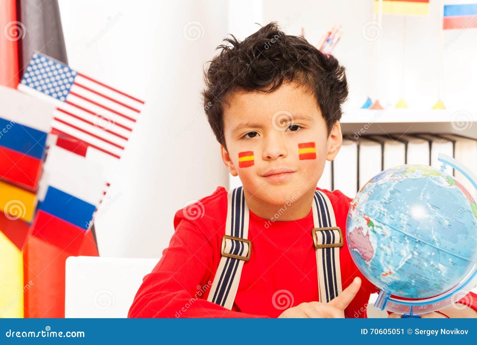 Colegial con la bandera española pintada en sus mejillas