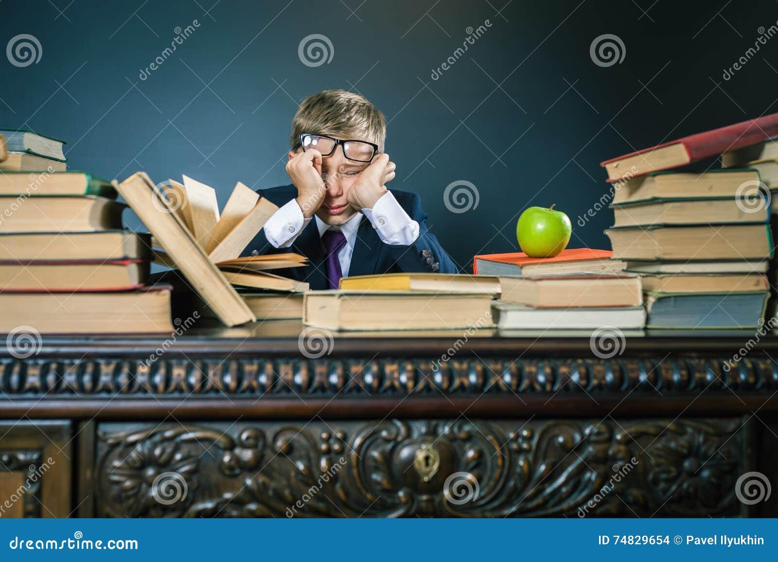 Colegial en la tensión o la depresión en la sala de clase de la escuela