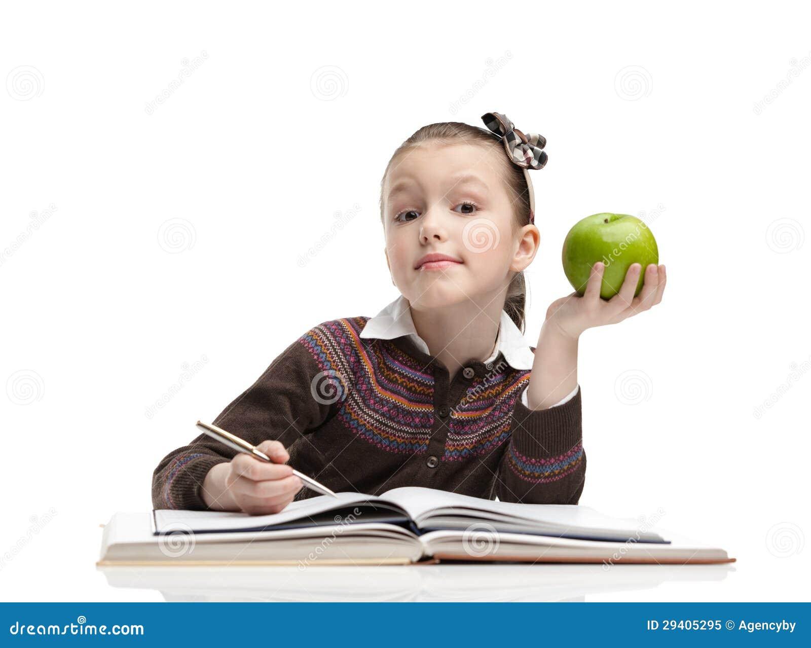 Colegiala con una manzana verde