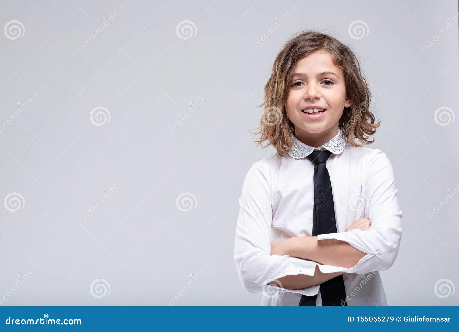 Colegiala joven confiada amistosa en uniforme