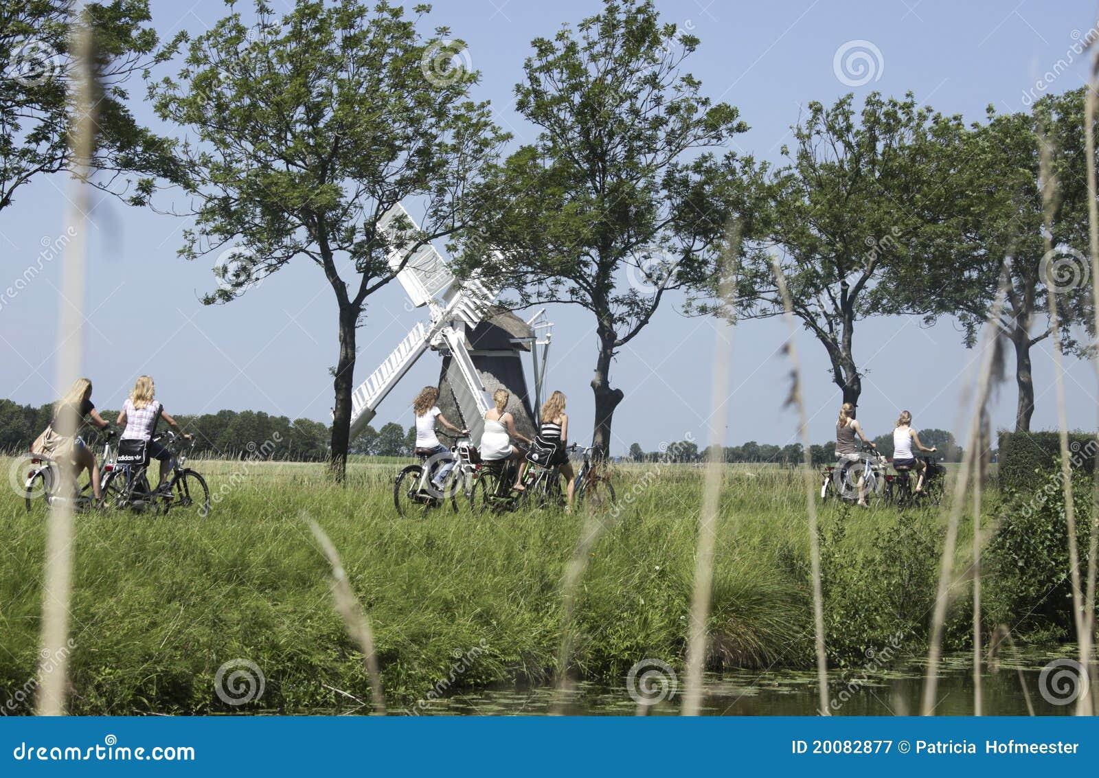 Fotografía editorial: Colegialas en una bici en los Países Bajos