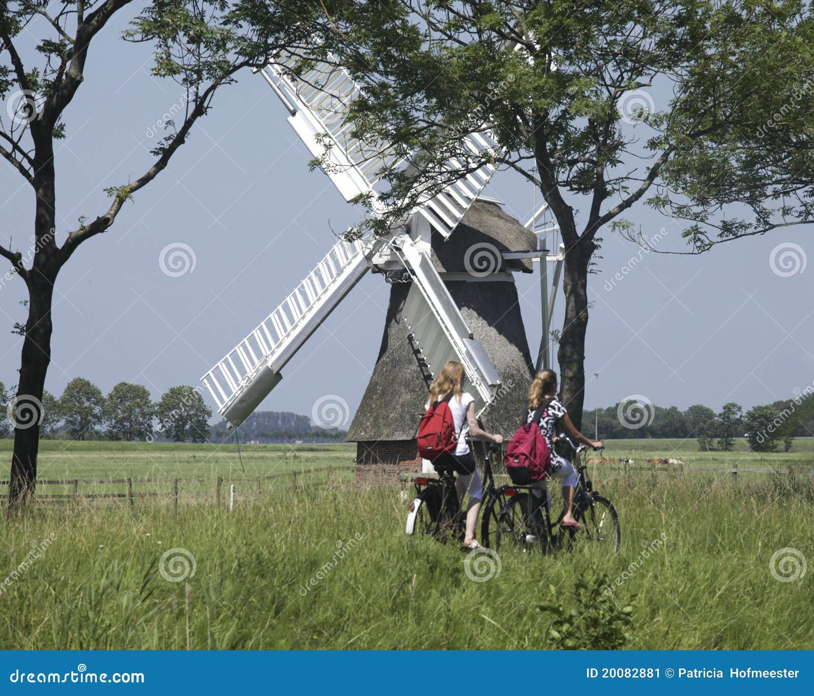 Foto editorial: Colegialas en una bici en los Países Bajos