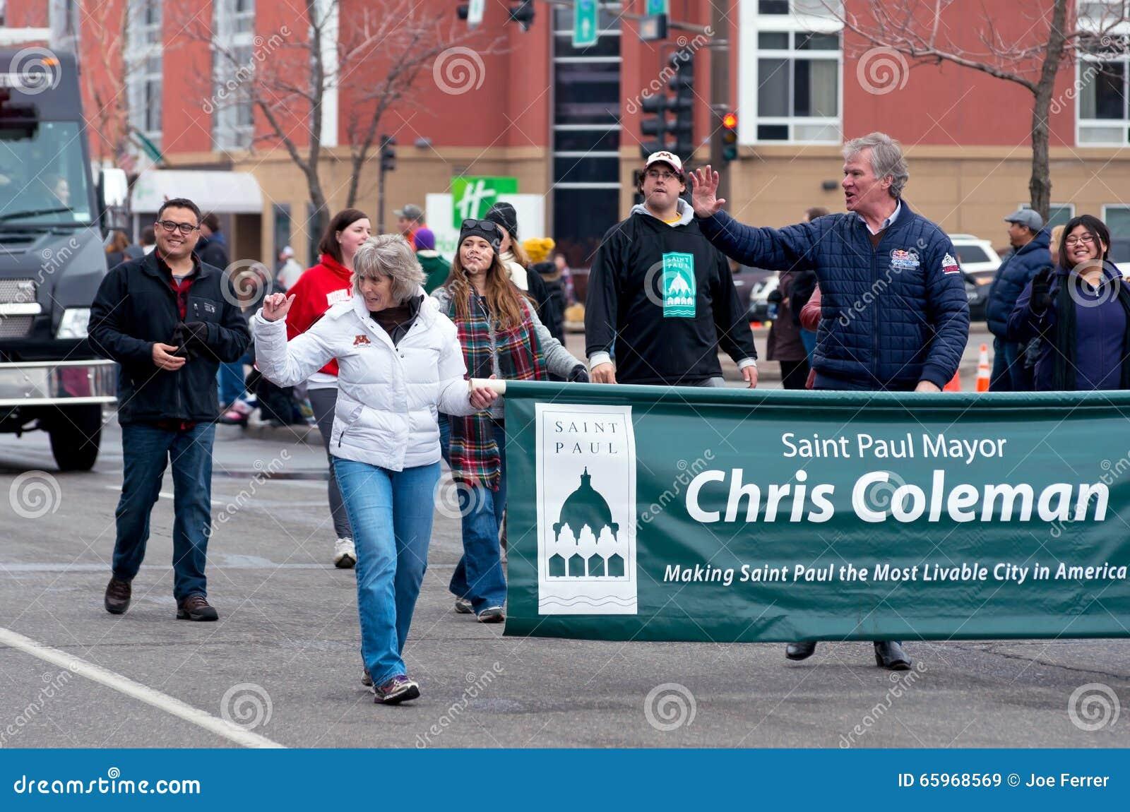 Coleman развевает в большом параде дня
