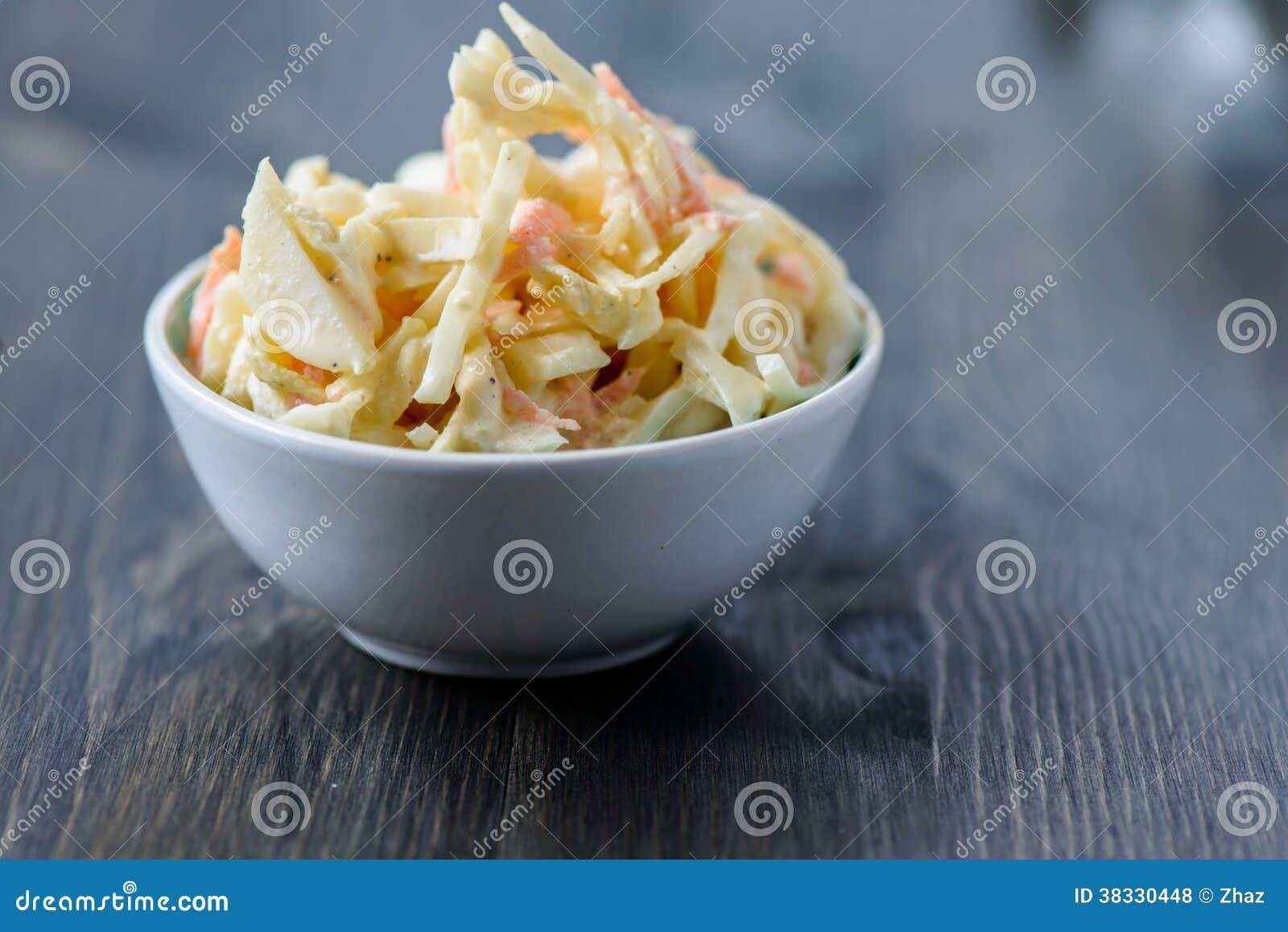 Coleslaw в шаре на деревянном столе