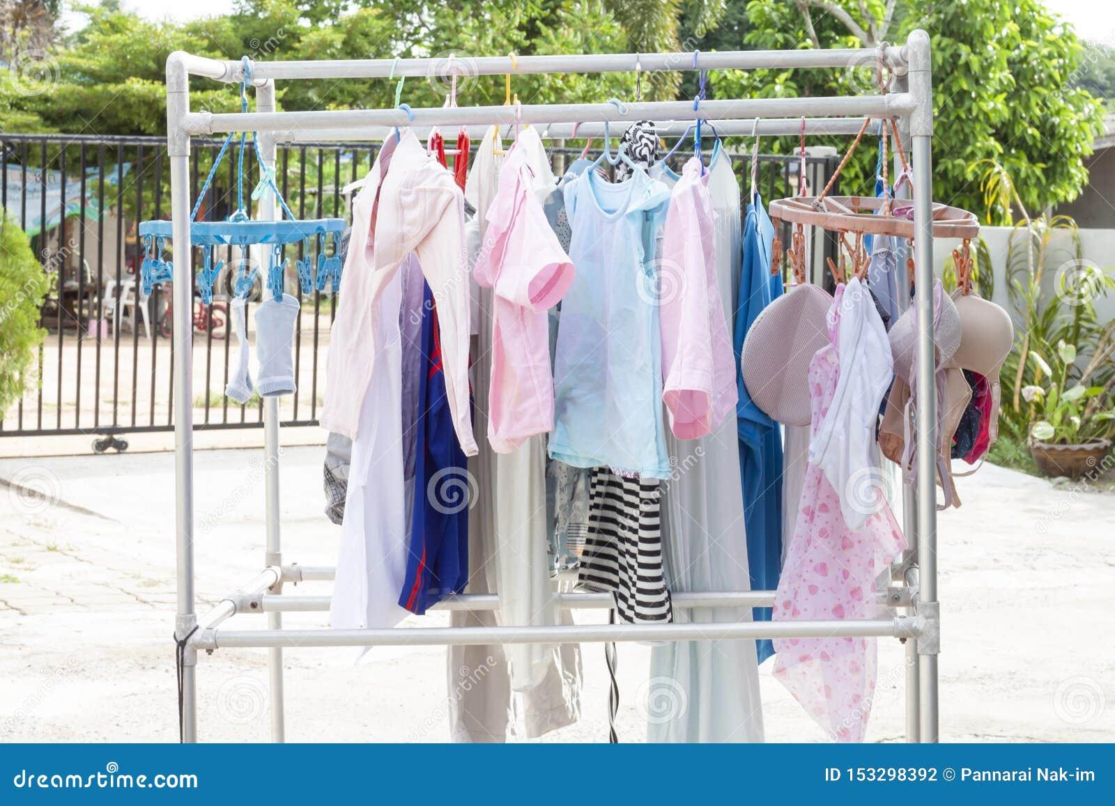 Colgante limpio de la ropa seco en el sol