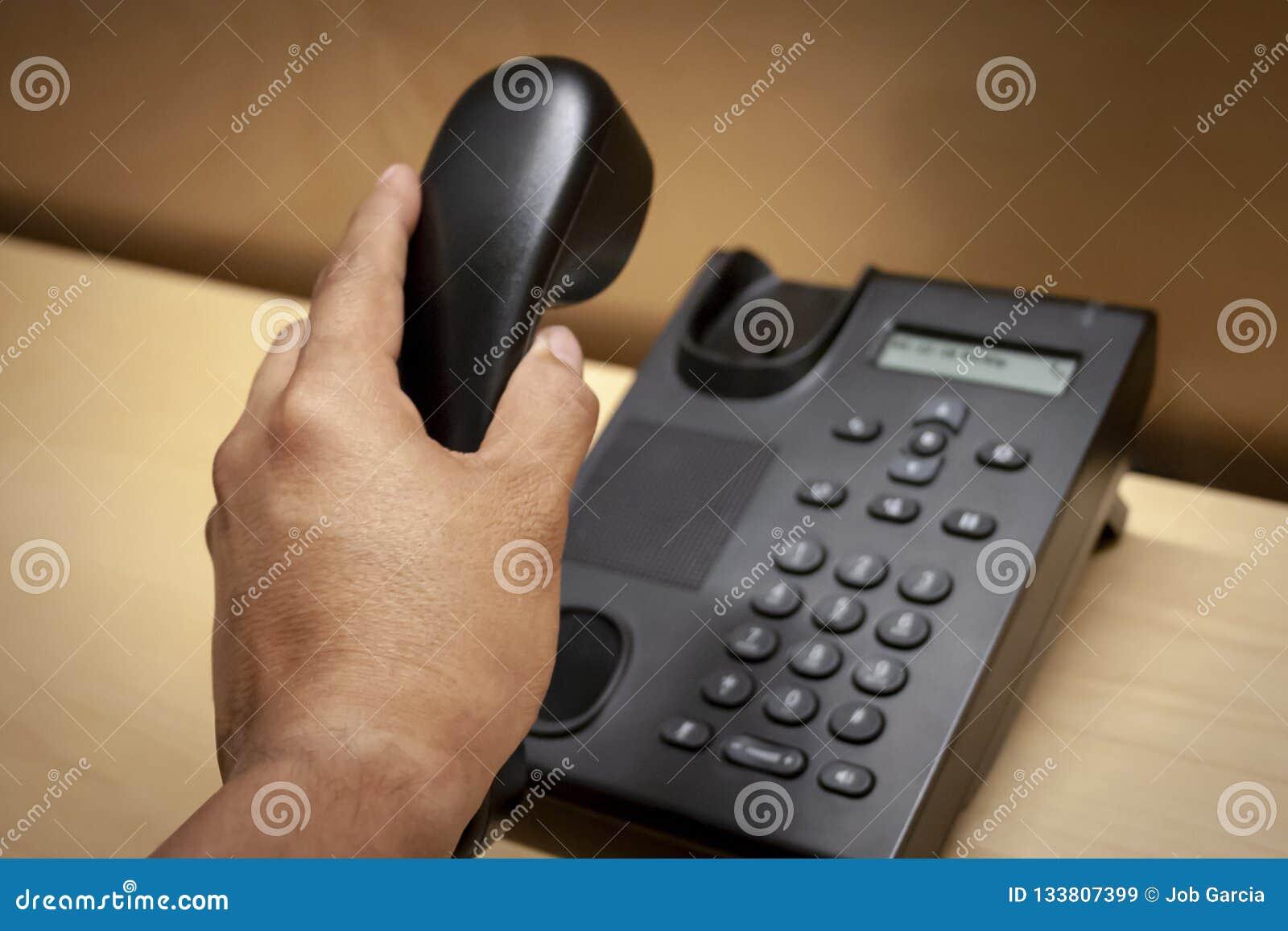 Colgante para arriba de una llamada de un teléfono negro