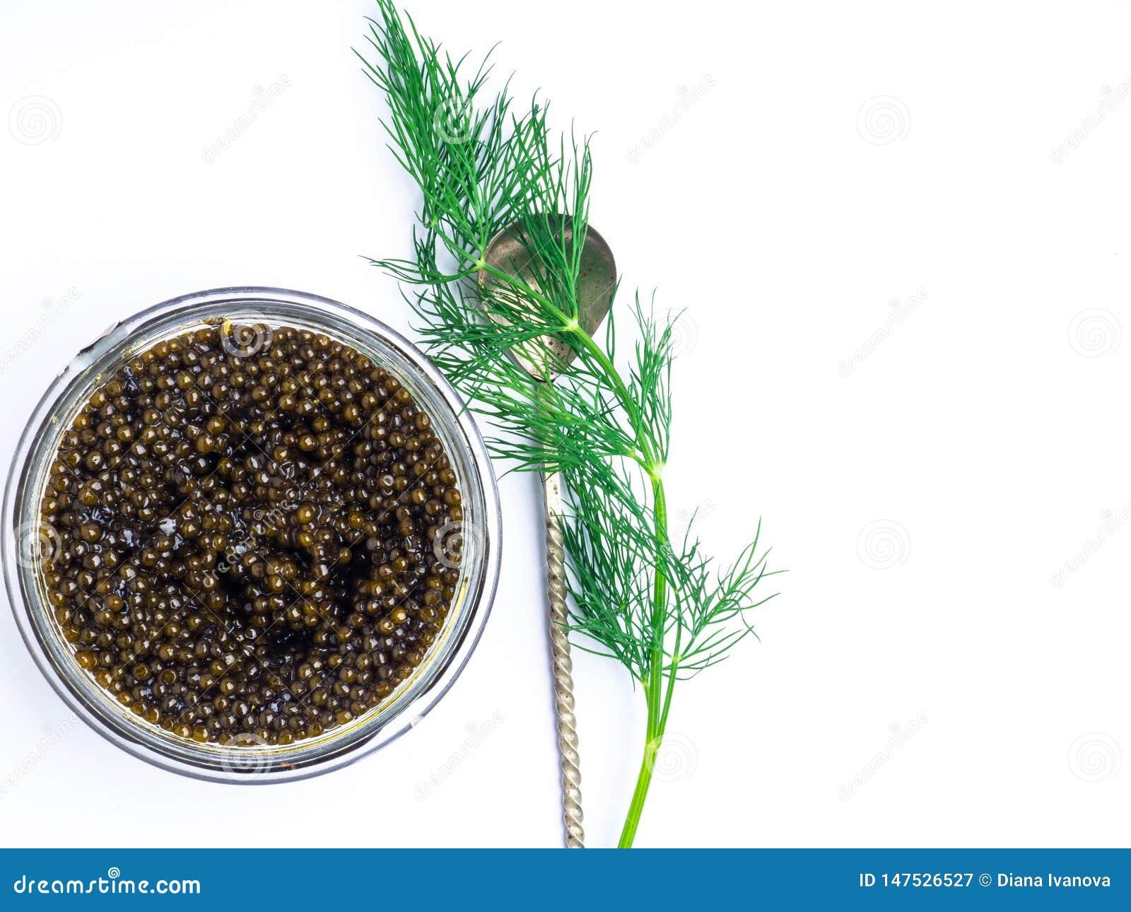 Colher de prata do vintage com o caviar preto do esturj?o no fundo branco Vista superior, configura??o lisa