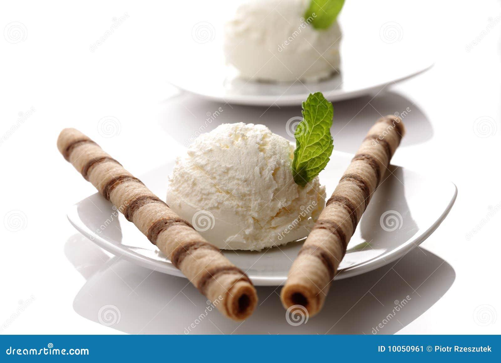Colher do gelado da baunilha com hortelã