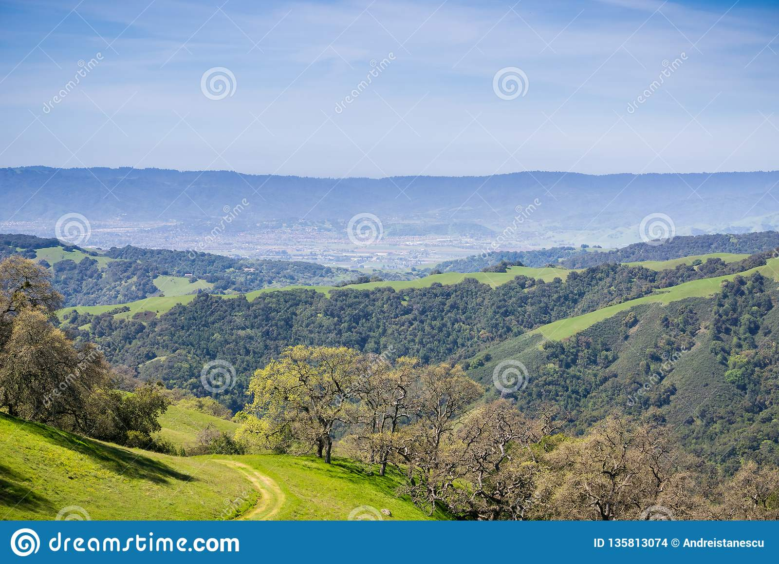 Colinas y valles verdes en Henry W Parque de estado de Coe, visión hacia Morgan Hill y San Martin, California