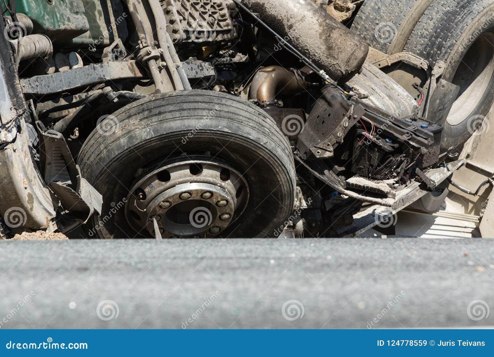 Colisão frontal de Volvo e do caminhão com o petroleiro para o transporte da gasolina , em Letónia na estrada A9, o 17 de agosto