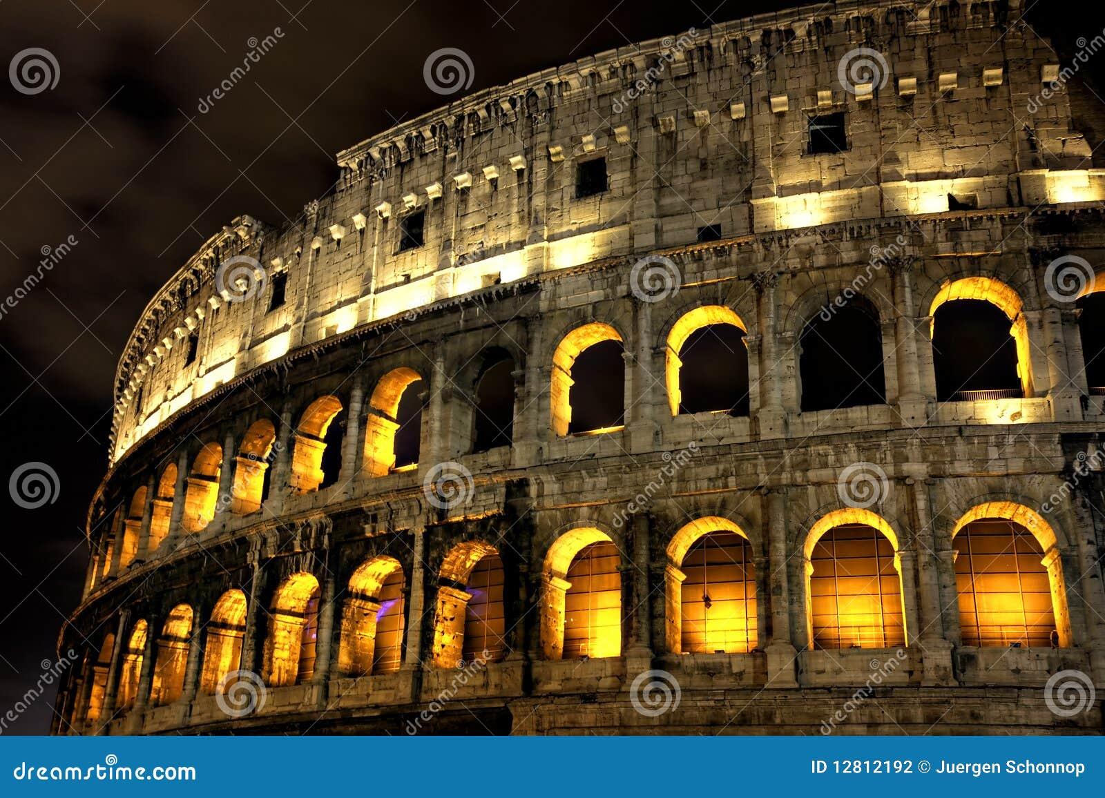 Coliseu iluminado na noite, Roma