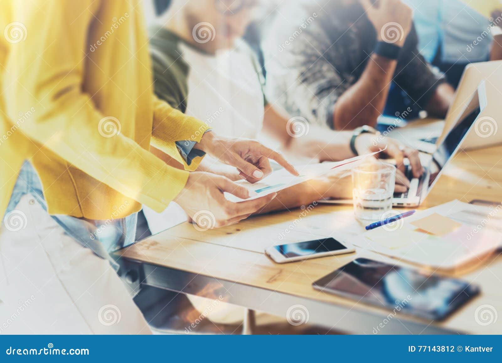 Collègue de femme prenant de grandes décisions économiques Jeune bureau de commercialisation de Team Discussion Corporate Work Co