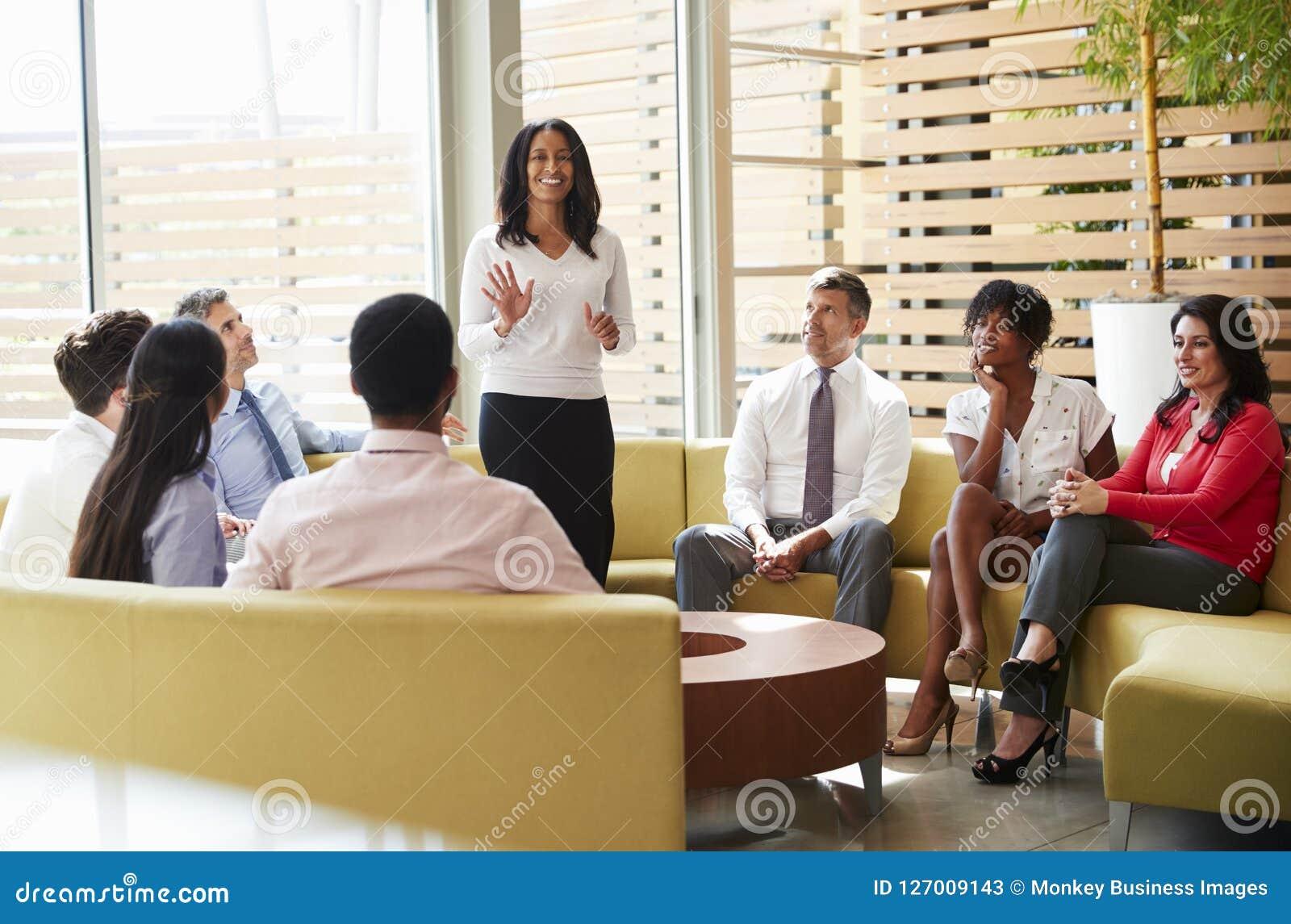 Collègues écoutant la présentation par un directeur féminin
