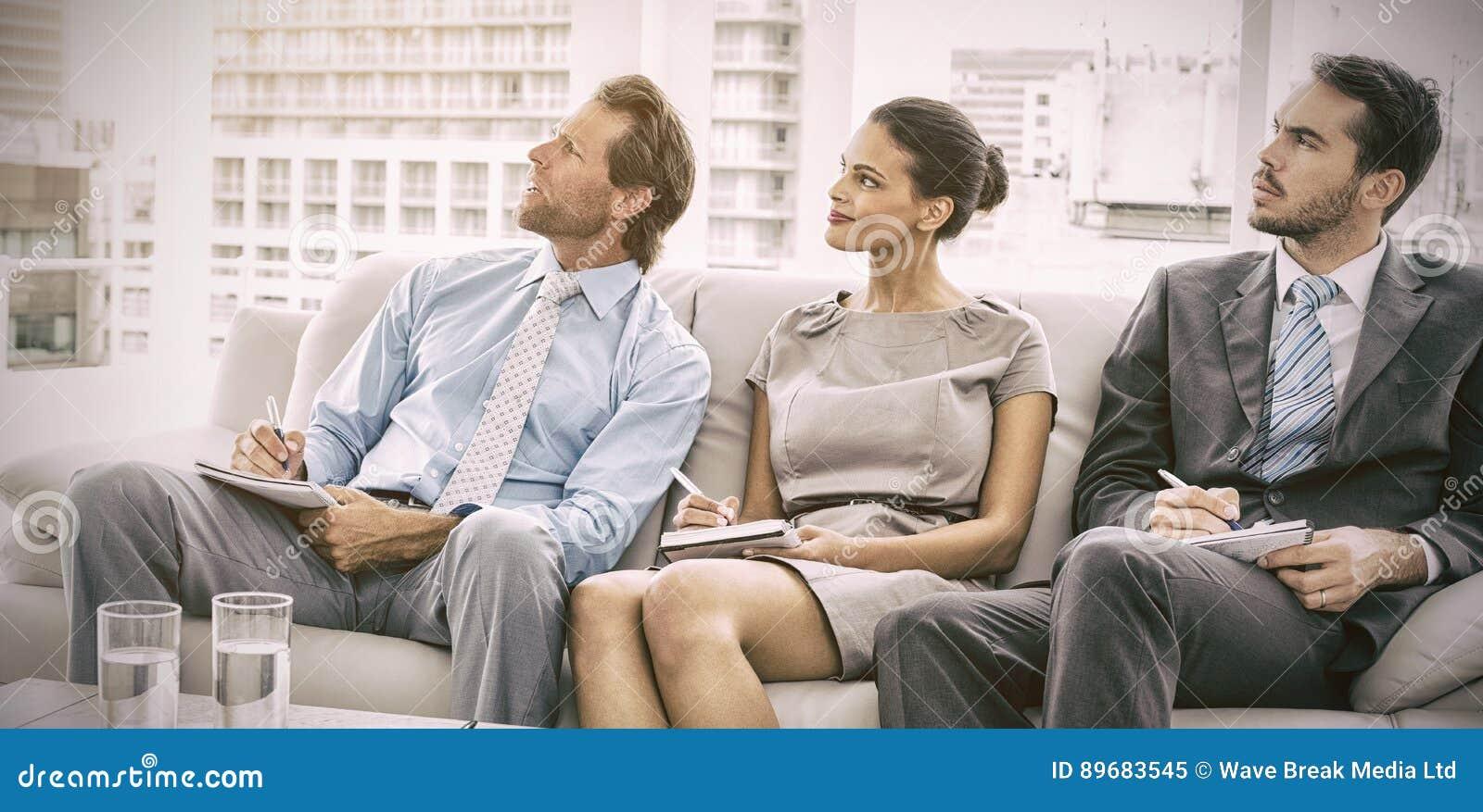 Collègues avec des notes lors de la réunion au bureau
