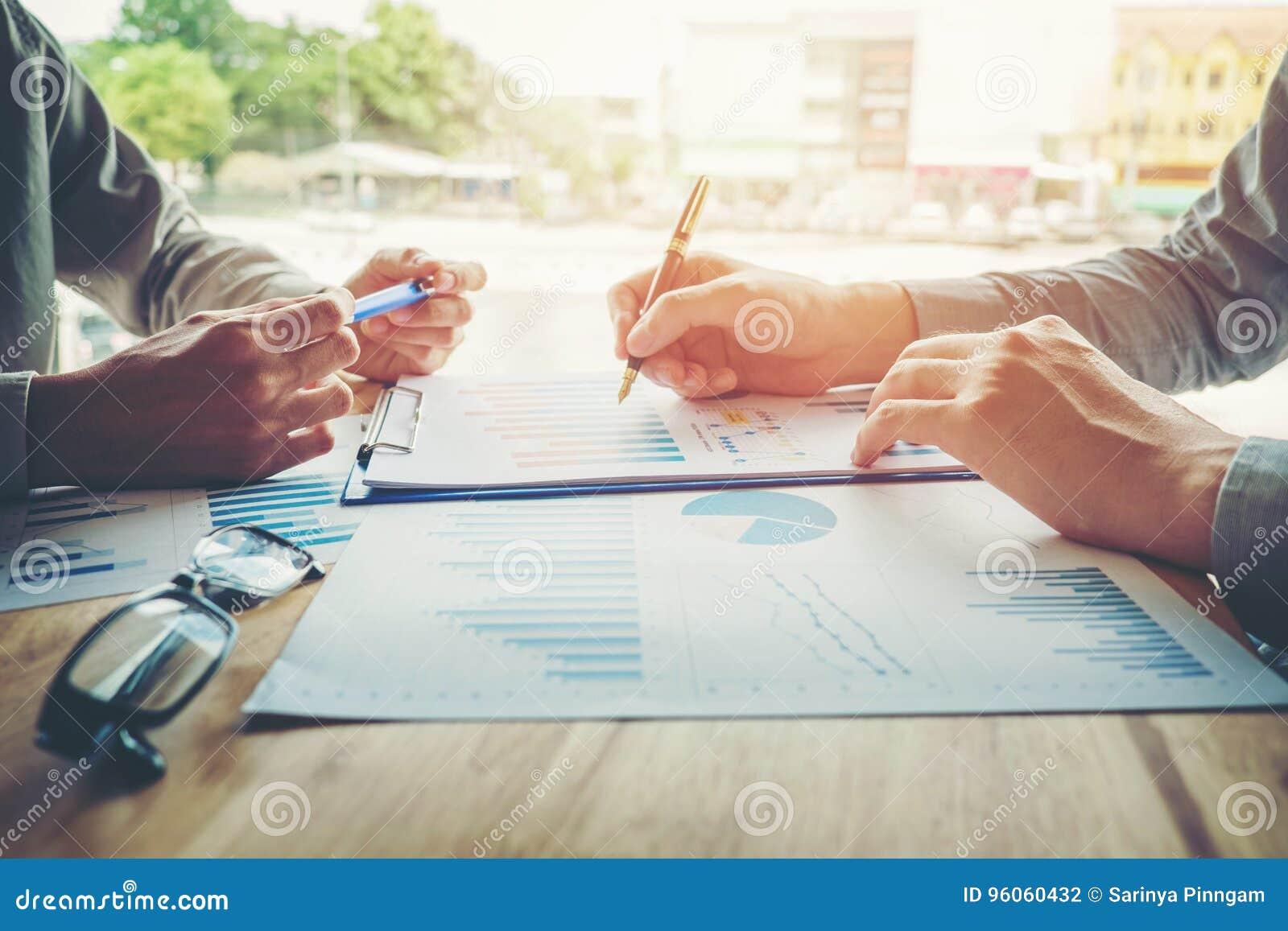 Collègues d équipe d affaires rencontrant l analyse de stratégie de planification