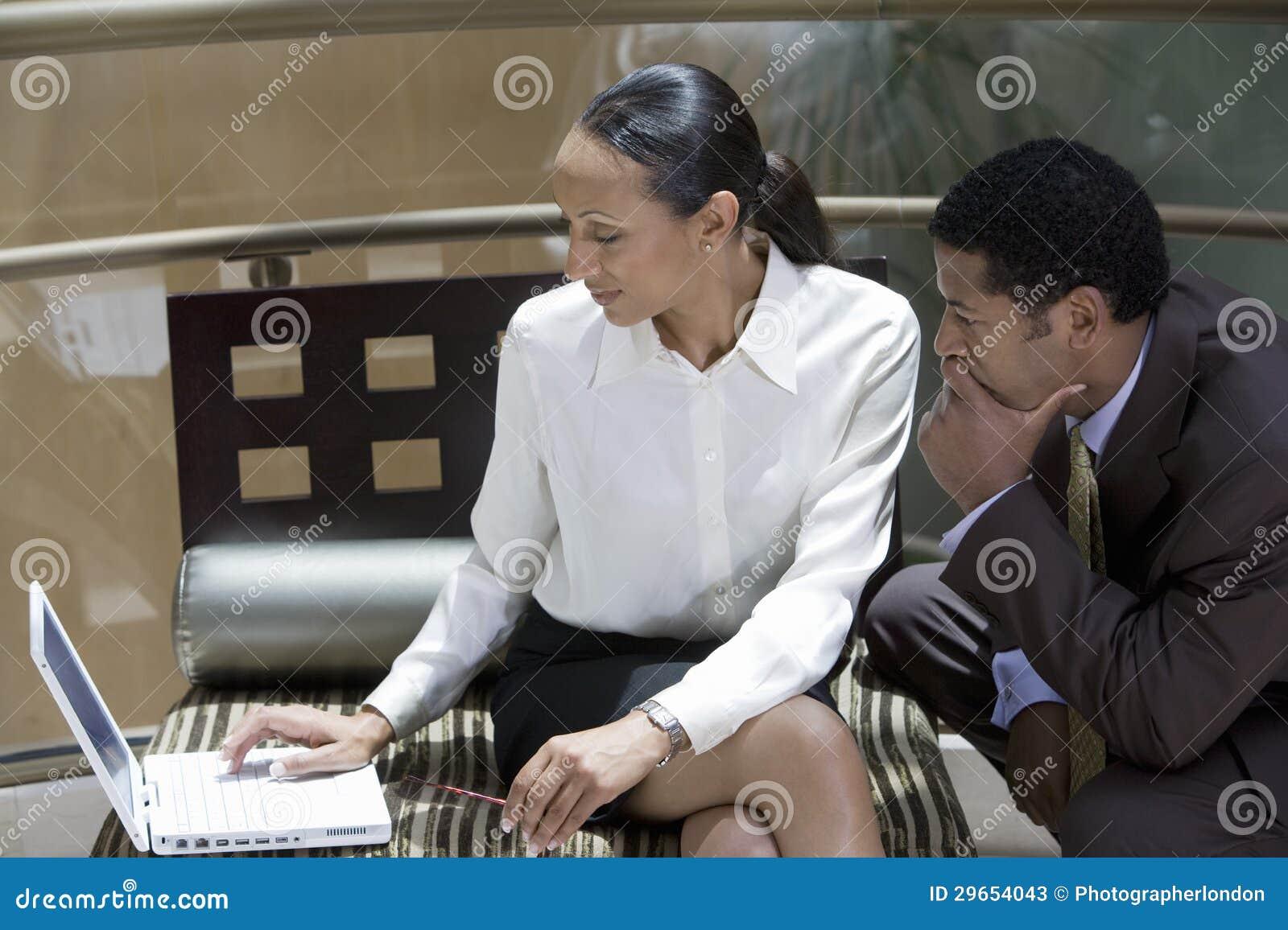 Collègues d affaires à l aide de l ordinateur portable